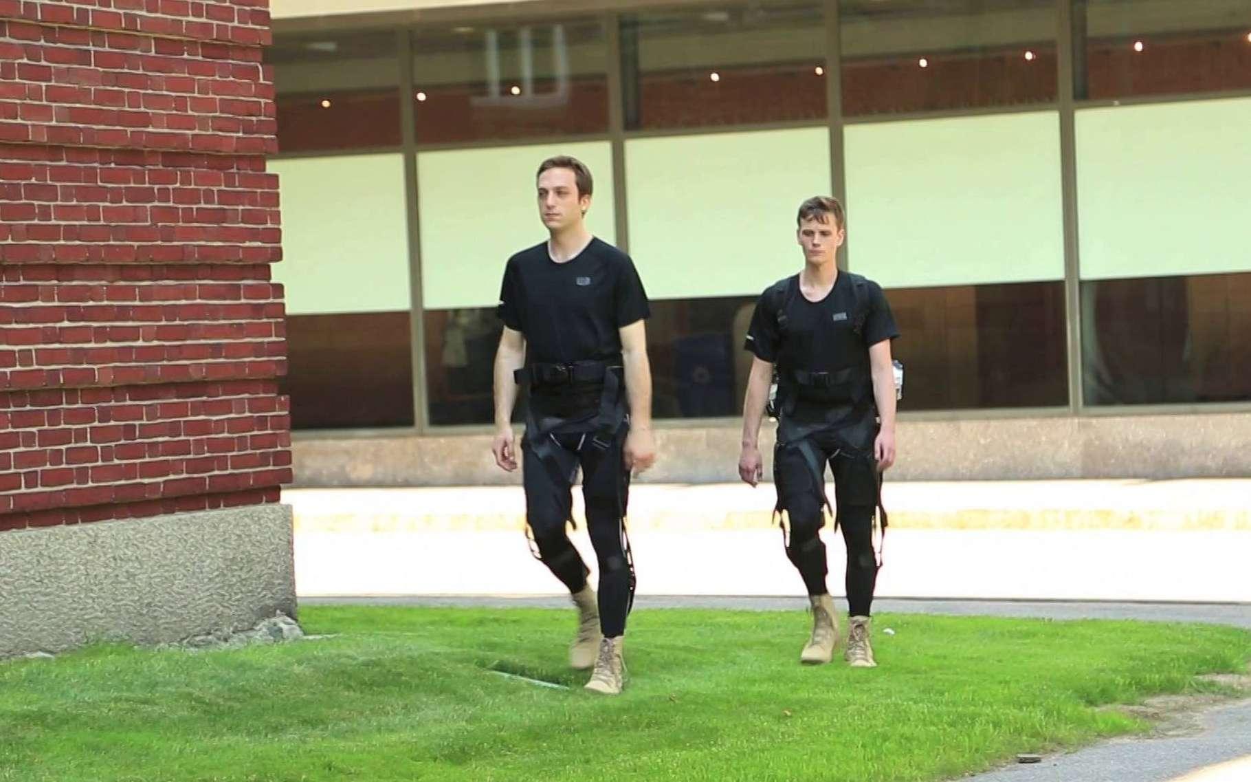 Développé par une équipe de l'université d'Harvard, l'exosquelette souple Soft Exosuit apporte une assistance à la marche pour améliorer l'endurance et l'équilibre. Il peut être porté sous les vêtements. La Darpa, l'agence de recherche et développement de l'armée US, a octroyé un financement de 2,9 millions de dollars pour faire aboutir le projet. © Harvard's Wyss Institute