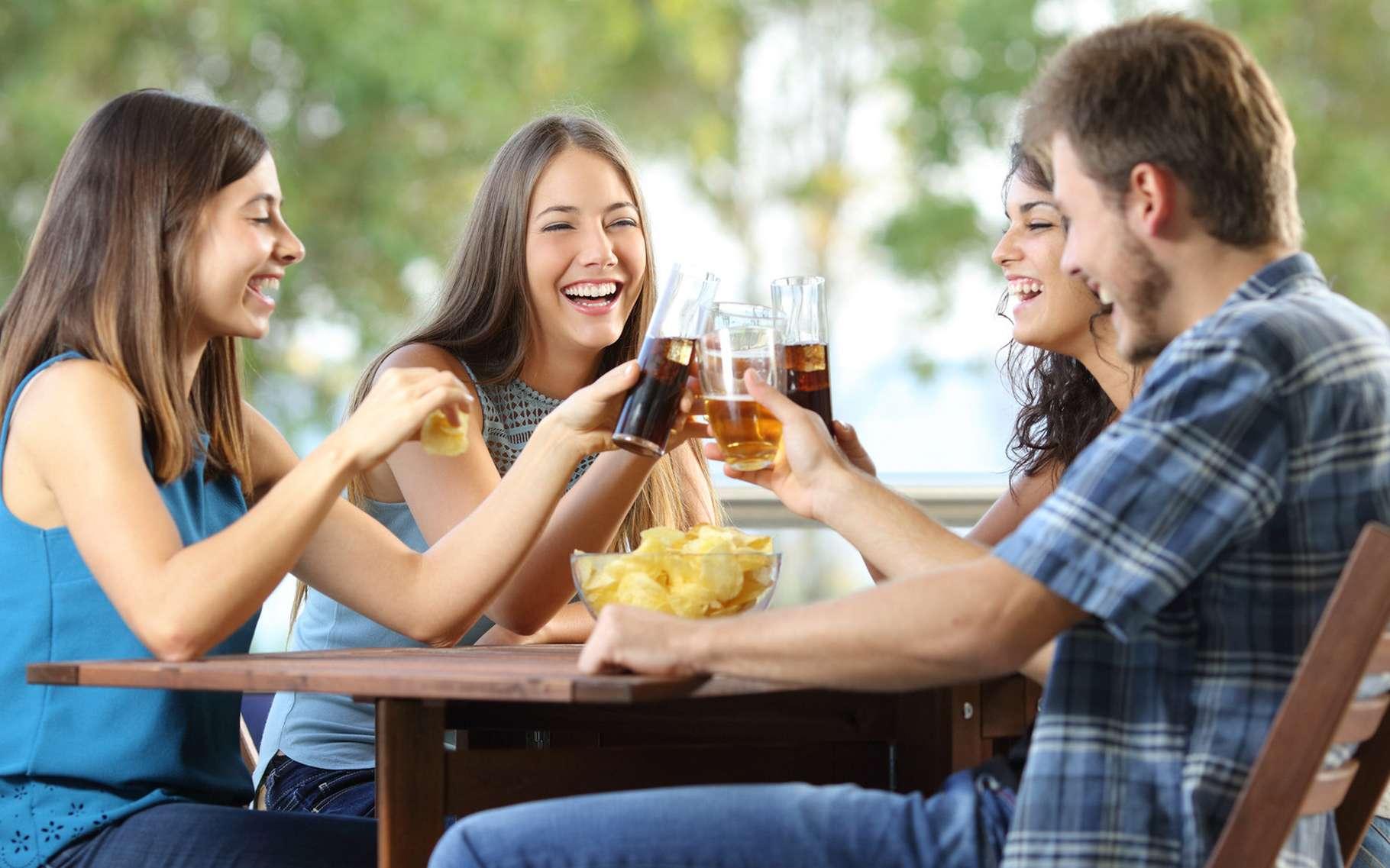 Le foie dégrade l'alcool en sucres, préférez donc des boissons sans alcool pour un apéro convivial mais diététique ! © Antonio Guillem, Shutterstock