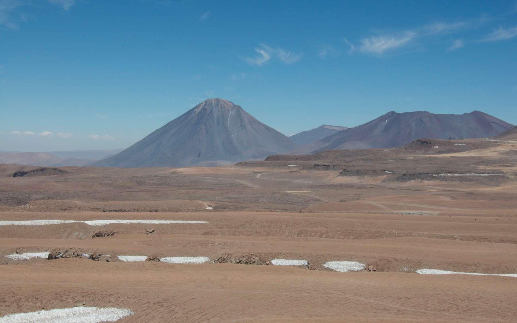 Le Chili est un pays assez exceptionnel, par sa forme longiligne et sa diversité. S'y trouve notamment le désert aride d'Atacama, à plusieurs milliers de mètres d'altitude, clairsemé de volcans gigantesques aujourd'hui éteints pour la plupart. © Rémy Decourt, Futura-Sciences