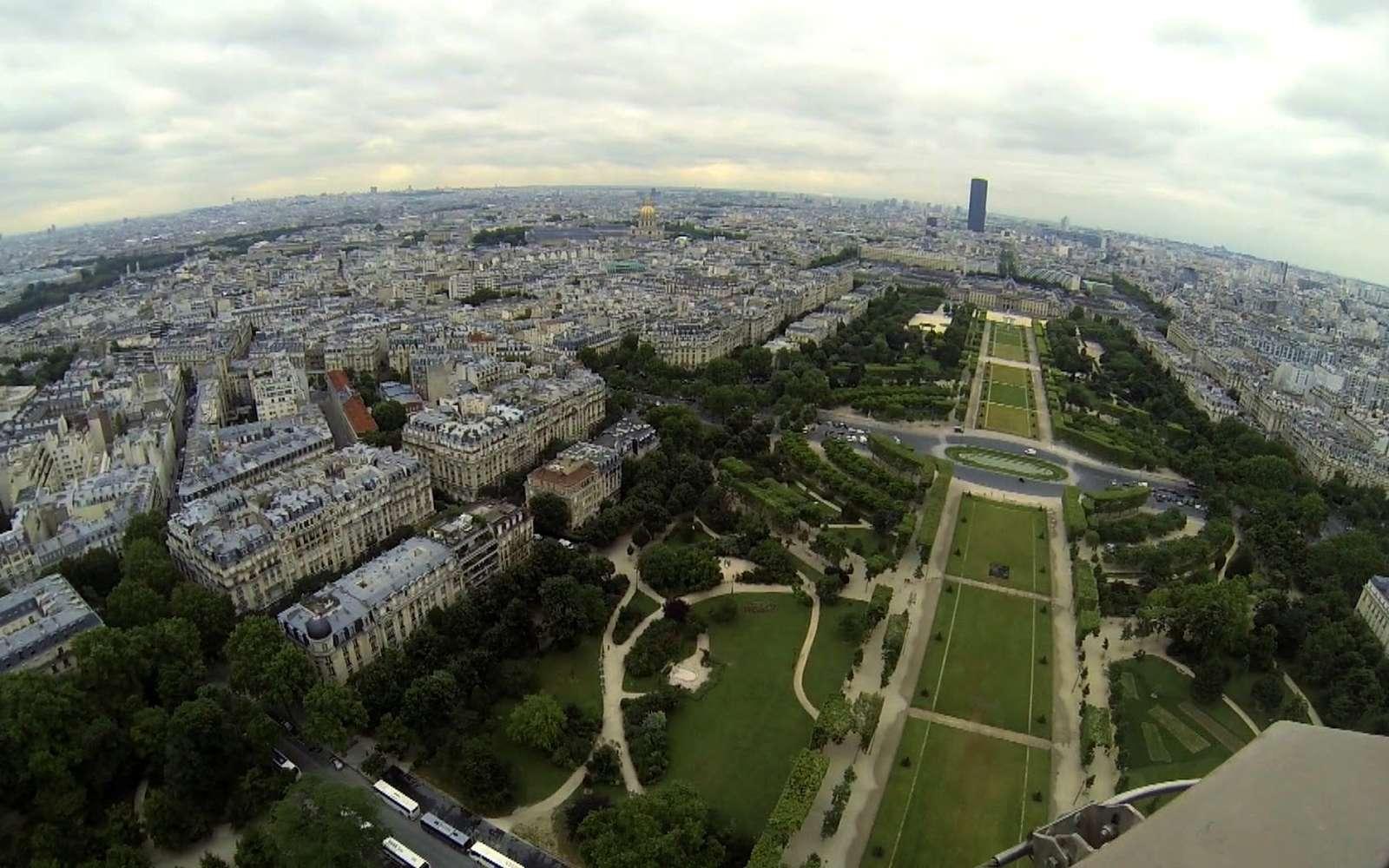 Il a fallu deux ans, deux mois et cinq jours pour construire la tour Eiffel, un monument haut de 324 m. Le public ne peut pas monter à plus de 279 m. © Google
