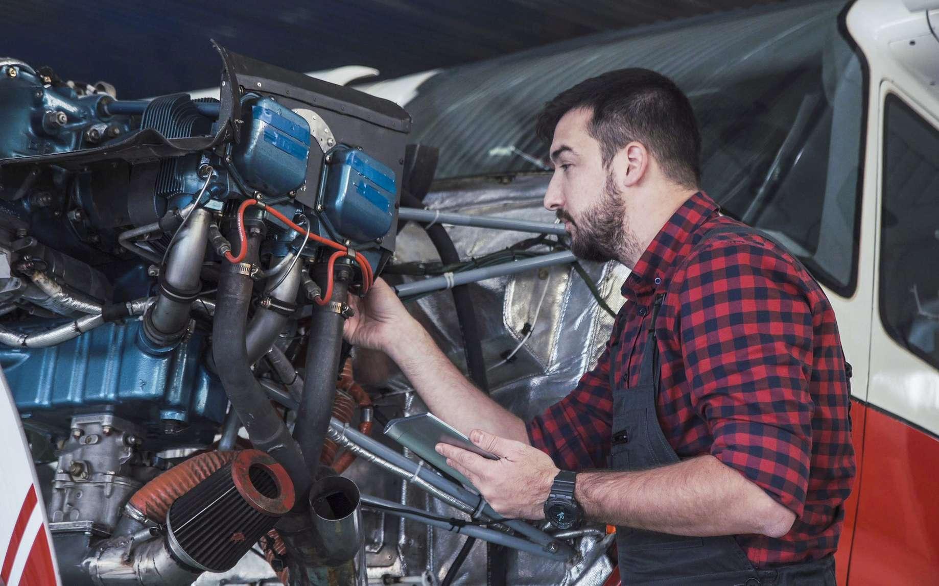 Le mécanicien aéronautique peut intervenir sur la piste lorsqu'un avion est en transit. Souvent spécialisé sur une partie d'un aéronef, le mécanicien doit faire preuve de rigueur et de sang-froid à chaque réparation. © philippe maville, Fotolia.