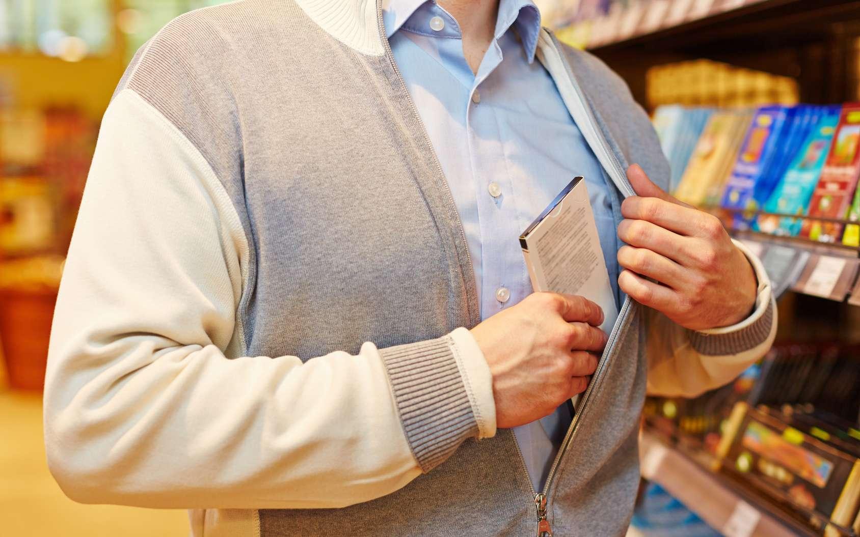 Les voleurs dans les magasins ont un comportement physique qu'une IA peut apprendre à reconnaître. © Robert Kneschke, Fotolia