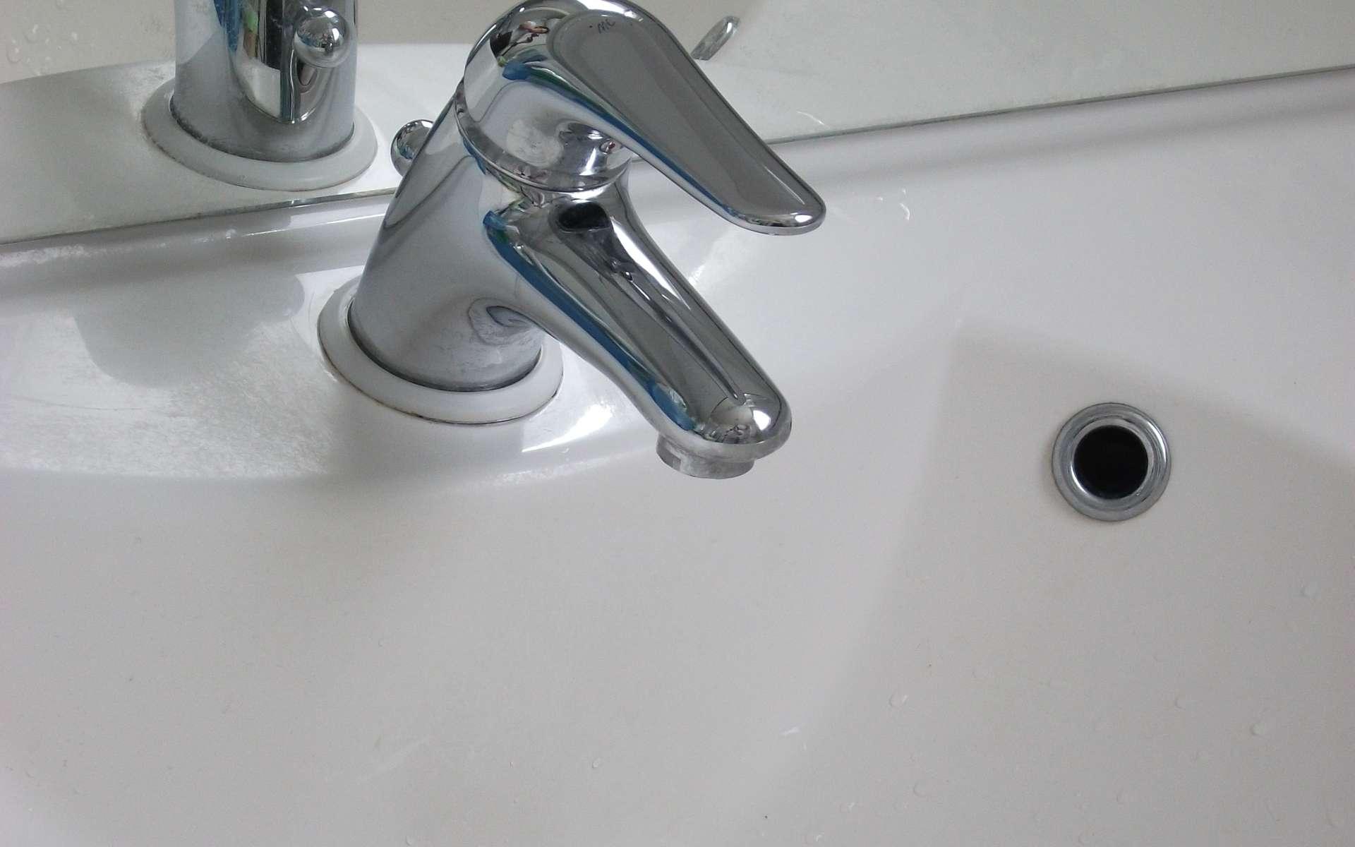 Le mitigeur est toujours l'élément qui est posé en premier lorsque l'on doit installer une baignoire. © Comte0, Wikipédia, CC BY-SA 3.0