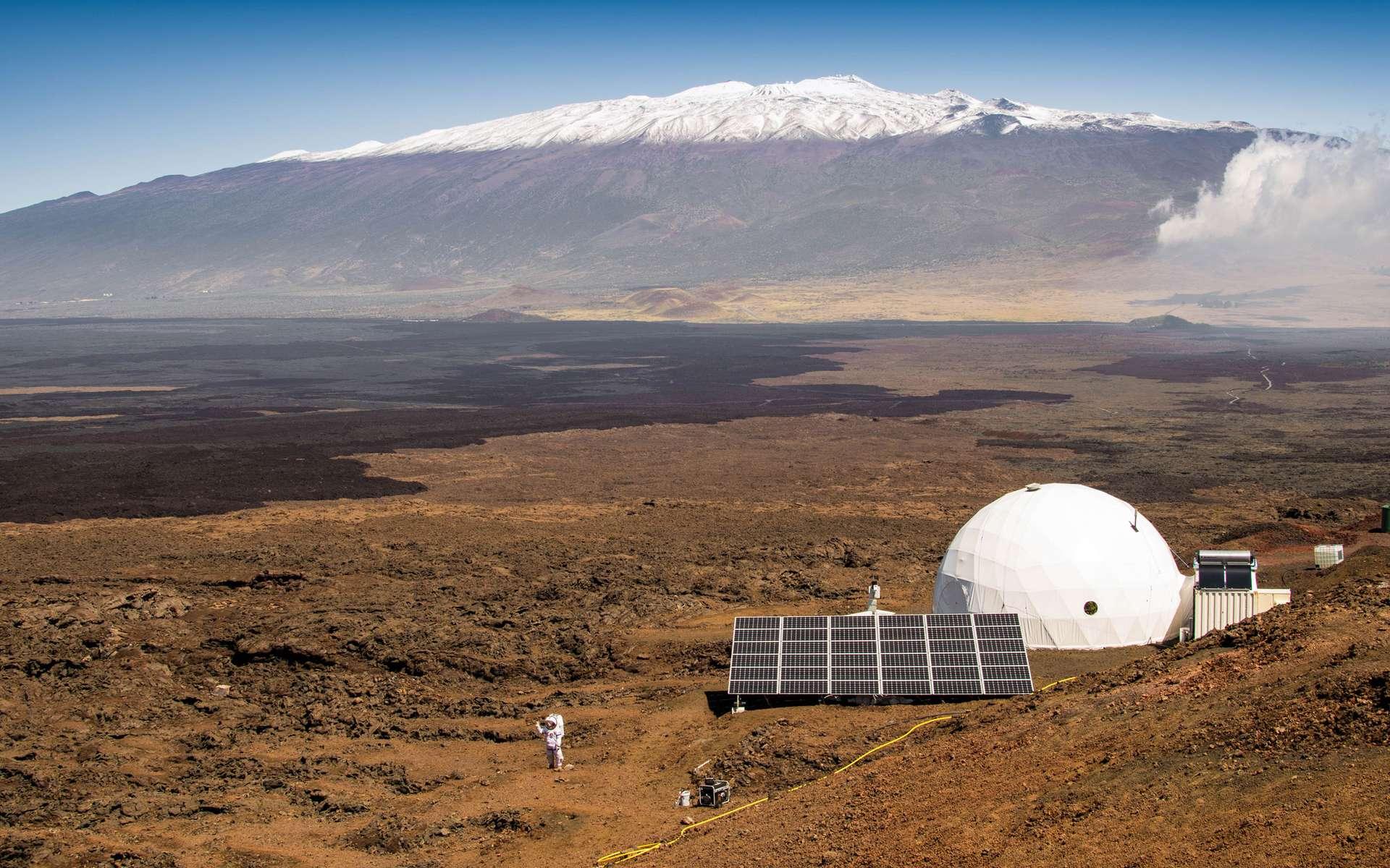 Un curieux dôme a été installé en août 2015 sur le Mauna Loa, sur l'île d'Hawaï, la plus grande de l'archipel éponyme. La structure simulait une base martienne. À l'intérieur, un groupe de six scientifiques a testé sa cohésion. Le Français Cyprien Verseux dévoile les coulisses de l'expérience. © Neil Scheibelhut, University of Hawaii at Manoa