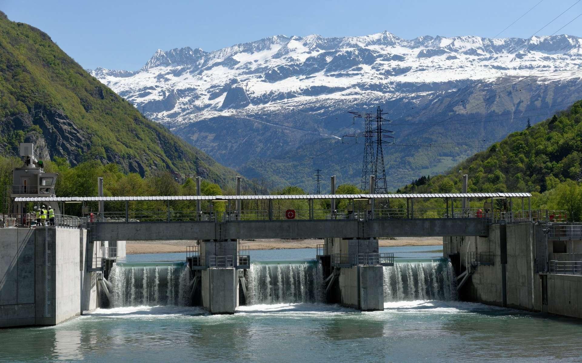 La vallée de la Romanche, étroite, descend vers l'Isère. © EDF