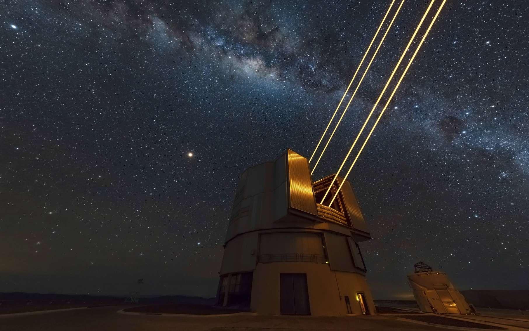 Au sommet du mont Paranal, les géants VLT épaulés par quatre télescopes auxiliaires. © ESO, B. Tafreshi (twanight.org)