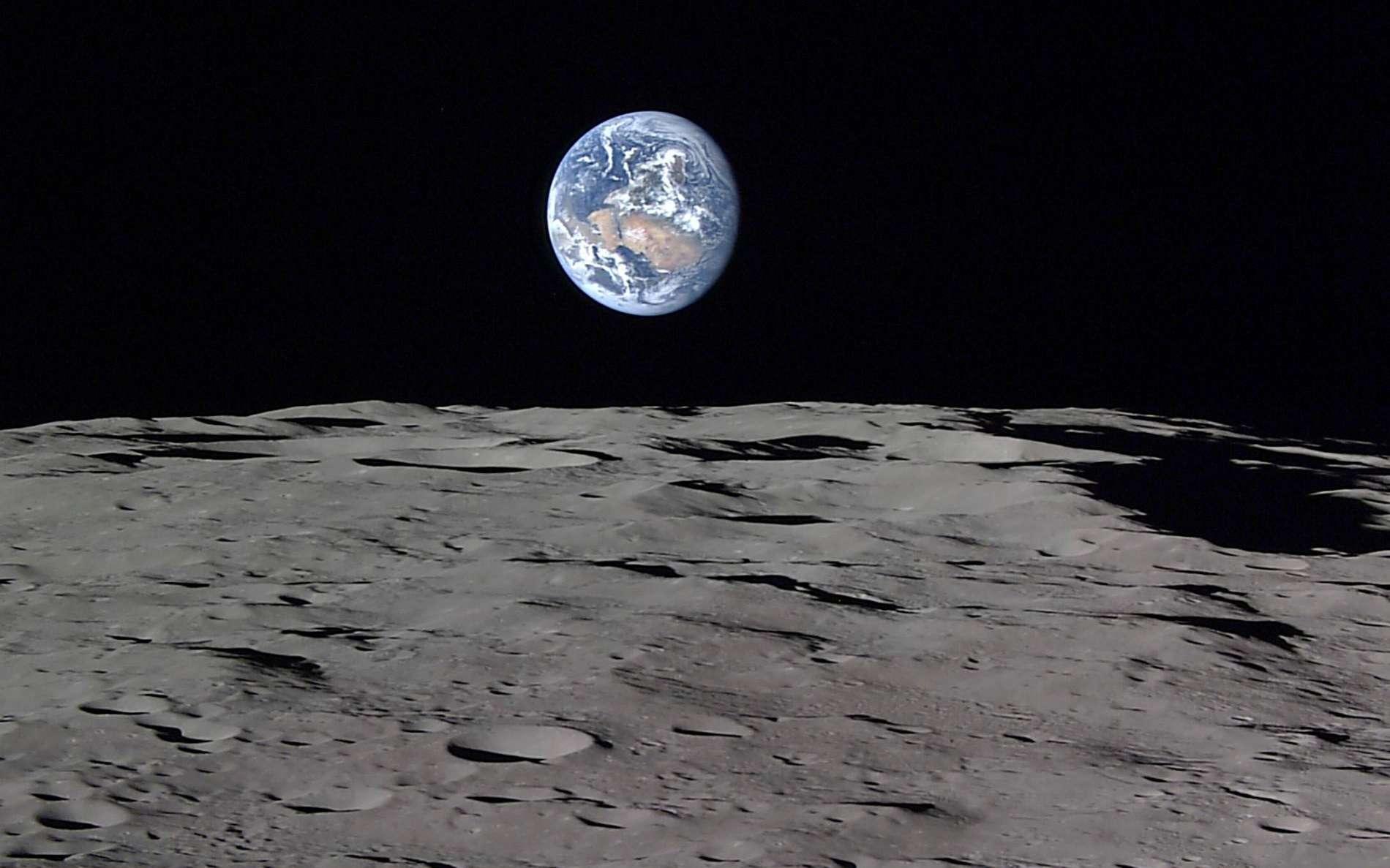 « Lever de Terre » photographié par la sonde japonaise Kaguya ; la Terre est immobile dans le ciel de la Lune. © Jaxa, NHK