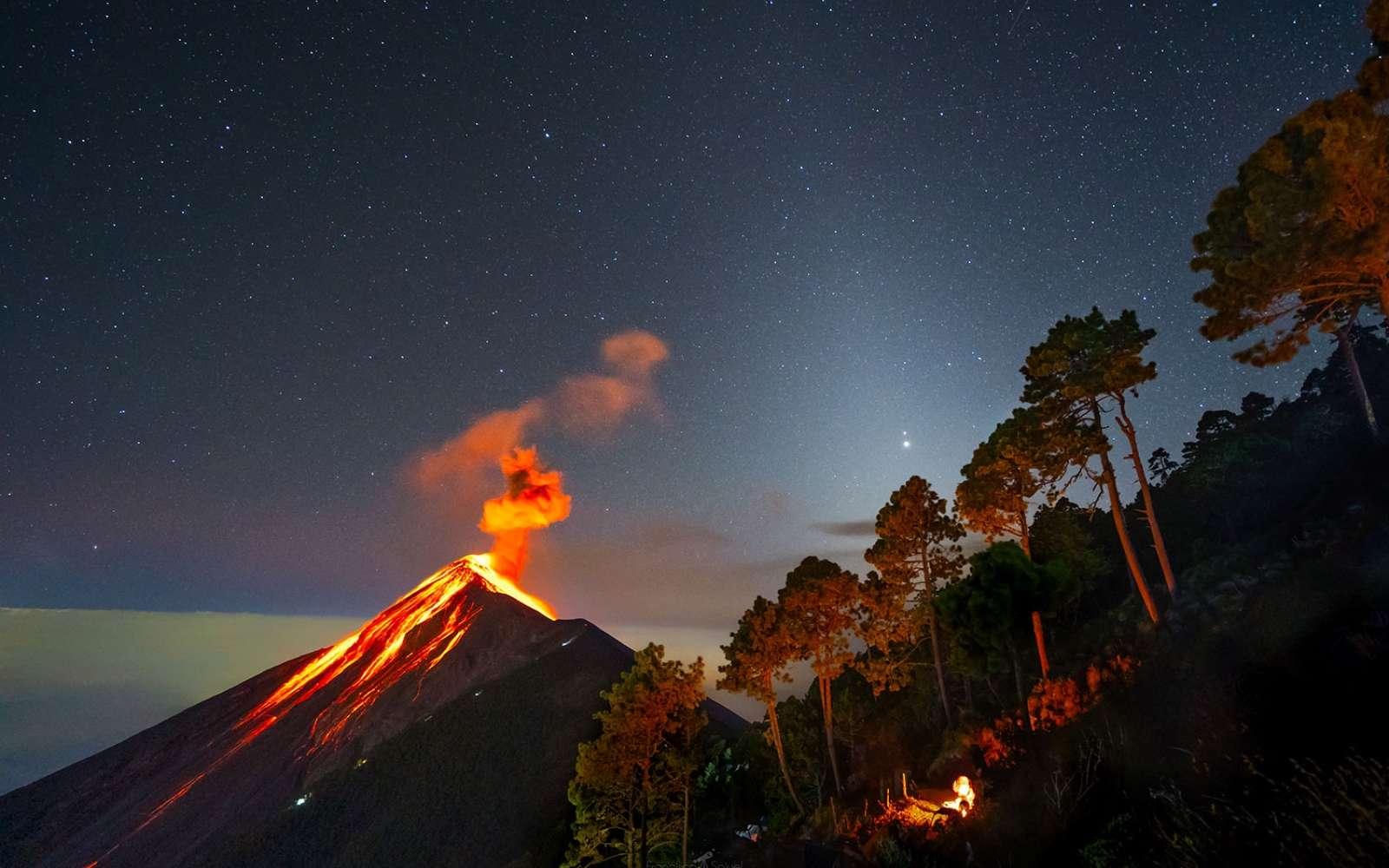 Superbe photo de la conjonction de Jupiter et Saturne dans le ciel du Guatemala, près d'un volcan en éruption. Le faisceaux brumeux presque verticale à travers lequel brillent les deux planètes est la lumière zodiacale. © Francisco Sojuel, Apod (Nasa)