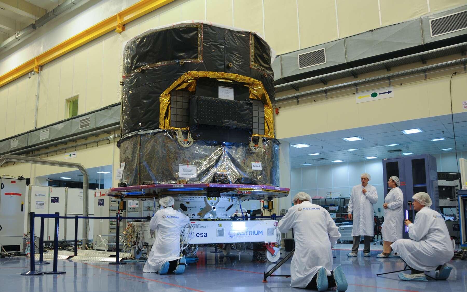 Le satellite Gaia dans l'usine toulousaine d'Astrium en juin 2013, deux mois avant son départ pour la Guyane française. Cet double télescope spécialisé dans l'astrométrie rejoindra le point de Lagrange L2 autour duquel sa trajectoire sera une courbe de Lissajous, en forme de 8. © Rémy Decourt