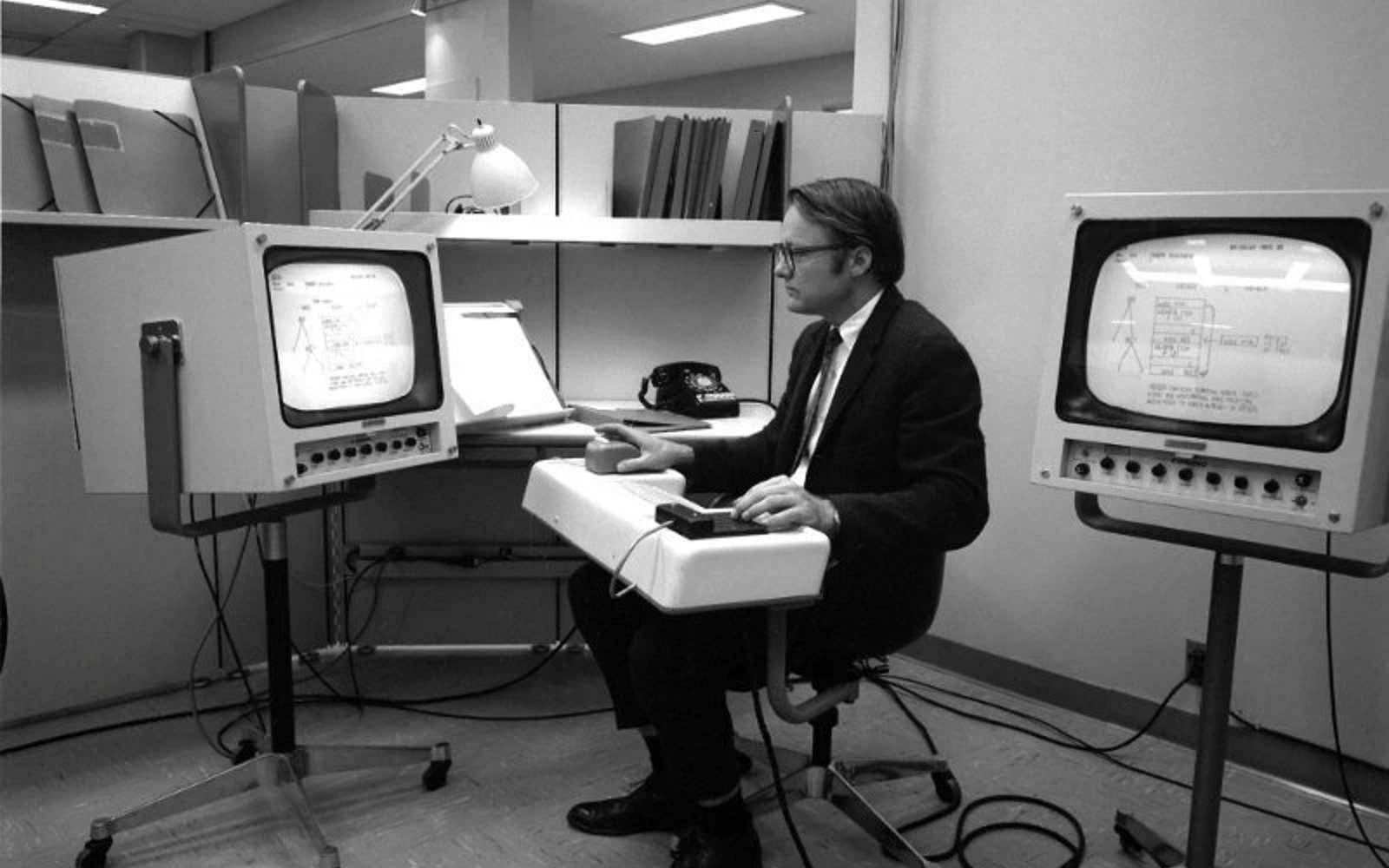 William English teste la première souris informatique. © SRI International