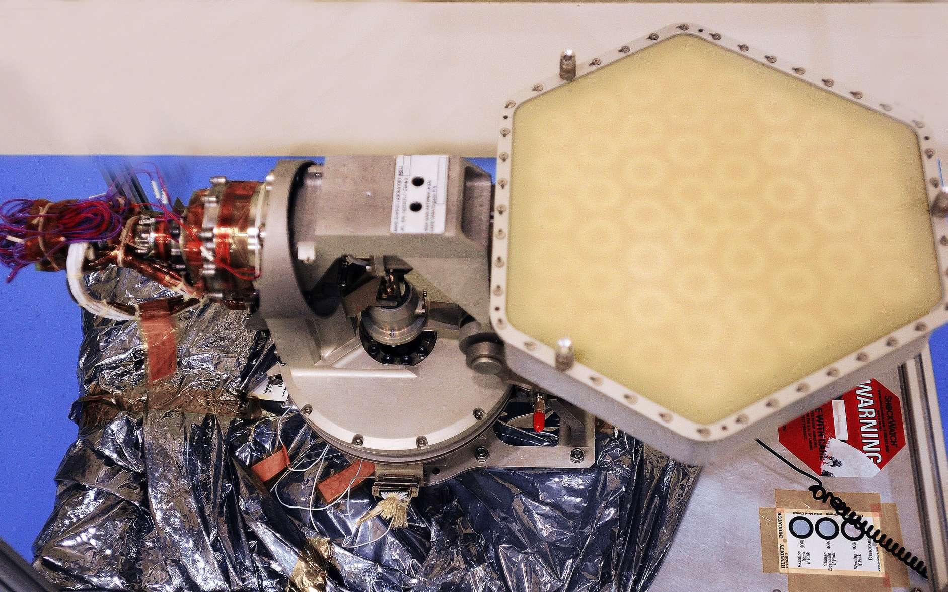 Antenne à grand gain construite par Astrium. Bien qu'elle soit capable d'envoyer directement ses données vers la Terre, Curiosity profitera d'être à portée des orbiteurs de la Nasa, pendant 8 minutes chaque jour, pour transférer jusqu'à 250 mégabits de données. © Nasa/JPL-Caltech
