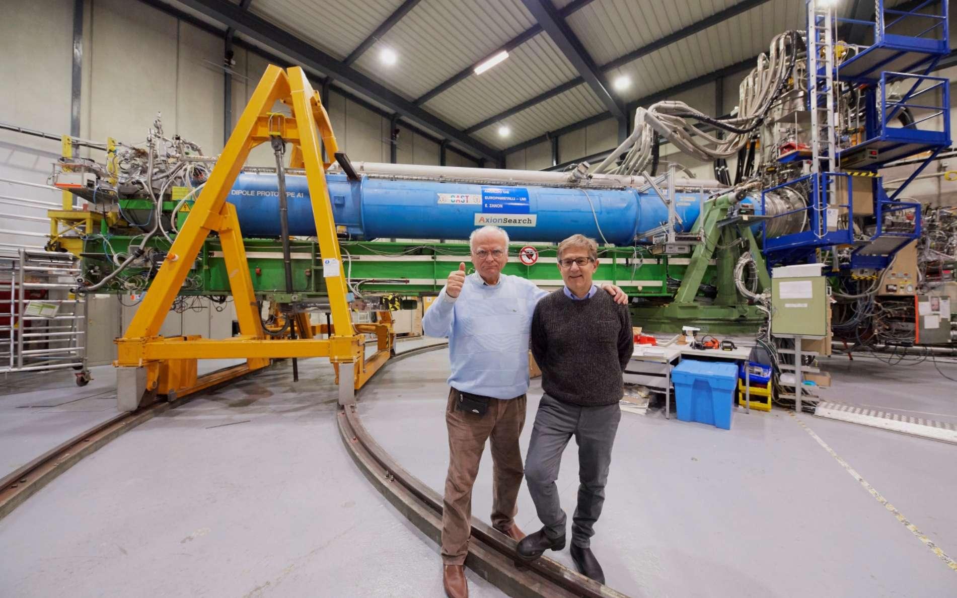 Konstantin Zioutas et Giovanni Cantatore, porte-parole de l'expérience Cast, ont participé à cette expérience censée détecter des particules exotiques émises par le trou noir situé au centre de notre galaxie. © Maximilien Brice, Cern
