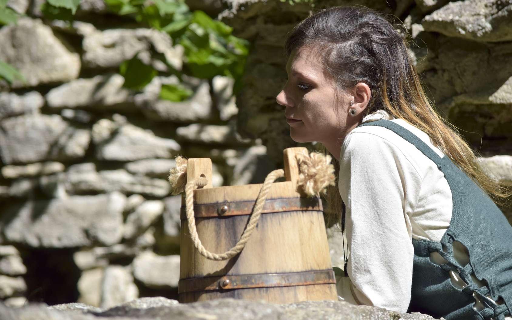 Au Moyen Âge, les jeunes filles restent auprès de leur famille et aident aux tâches ménagères et aux champs. © Sushi, fotola
