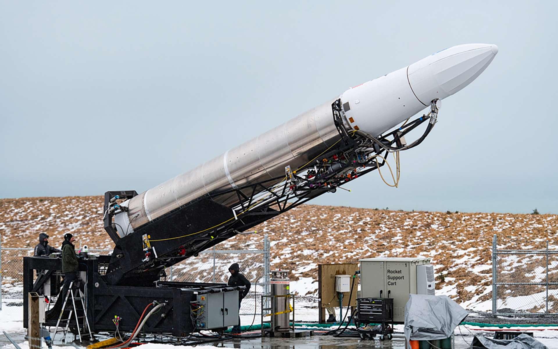 Le petit lanceur Rocket 3.0 d'Astra, installé sur son pas de tir de la base PSCA (Pacific Spaceport Complex – Alaska), située sur l'île de Kodiak. © Darpa, Astra