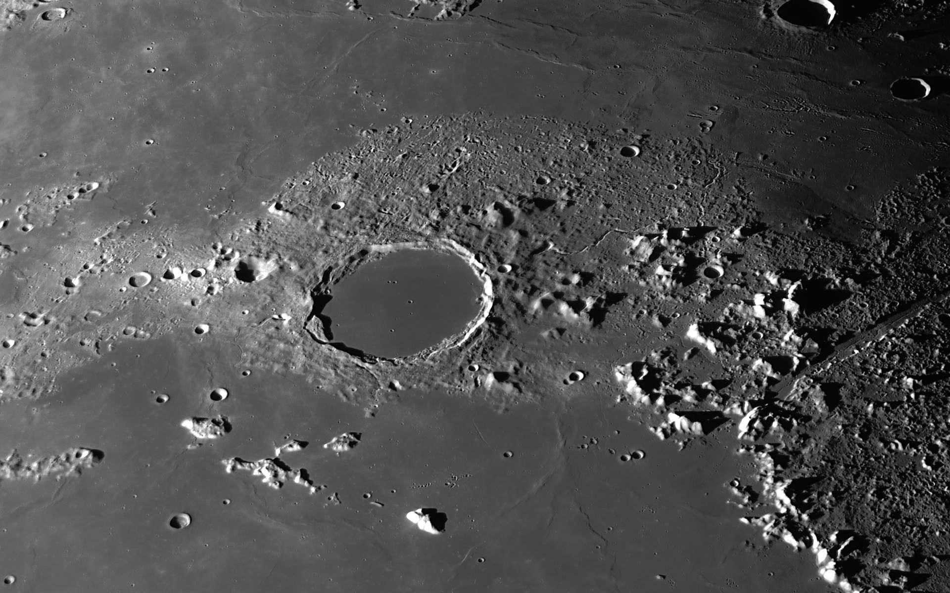 Photographiée en haute résolution, la région lunaire de Platon révèle un pan de l'histoire de notre satellite. © Christian Viladrich