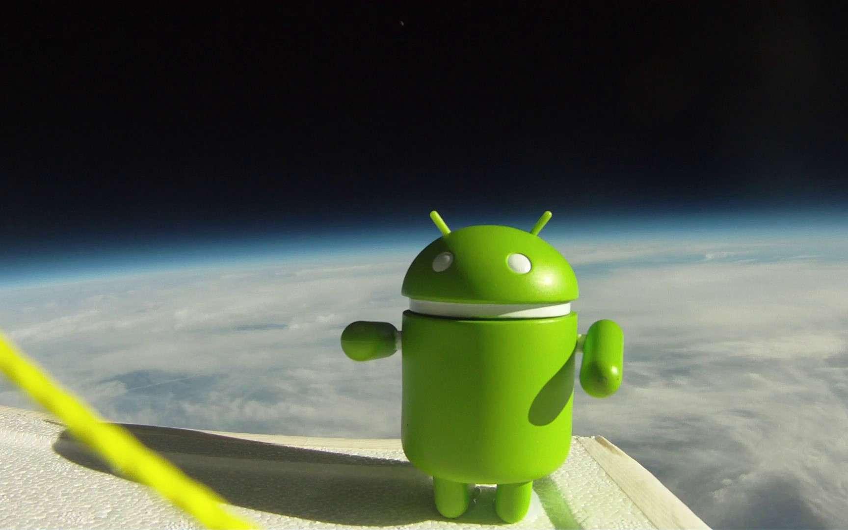La mascotte d'Android, à 30 kilomètres au-dessus de la surface terrestre, sourit aux photographes. Il peut faire aussi bien que l'iPhone parti un jour dans la stratosphère... © Google