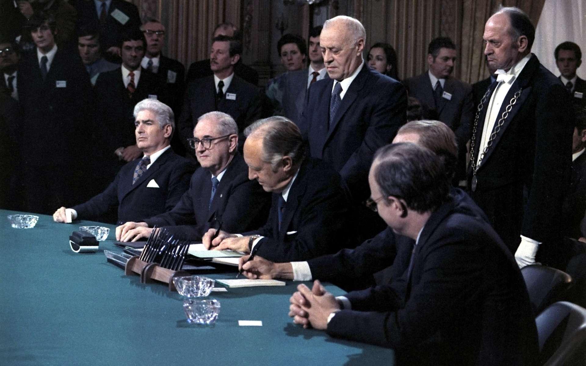 Signature des accords de paix à l'issue de la guerre du Vietnam, le 27 janvier 1973. Les affrontements prendront fin avec la prise de Saigon par les Soviétiques deux ans plus tard. © Knudsen, Robert L., Wikimedia Commons, DP