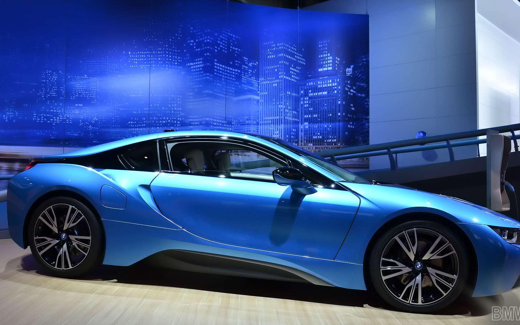La BMW i8, une voiture de sport hybride rechargeable. La BMW i8 n'est pas en reste dans la course des voitures à faible consommation de carburant et d'émissions de particules. Sur cet aspect, la voiture de sport hybride rechargeable affiche sa volonté de concurrencer les citadines. Les roues arrière sont entraînées par un moteur TwinPower Turbo développant 231 CV, tandis que les roues avant sont mues par un moteur électrique de 131 CV. La BMW i8 affiche une accélération de 0 à 100 km/h en 4,4 s et une vitesse maximale de 250 km/h. La batterie lithium-ion permet une autonomie de 35 km en tout électrique. © Andy_BB, CC by-nc 2.0