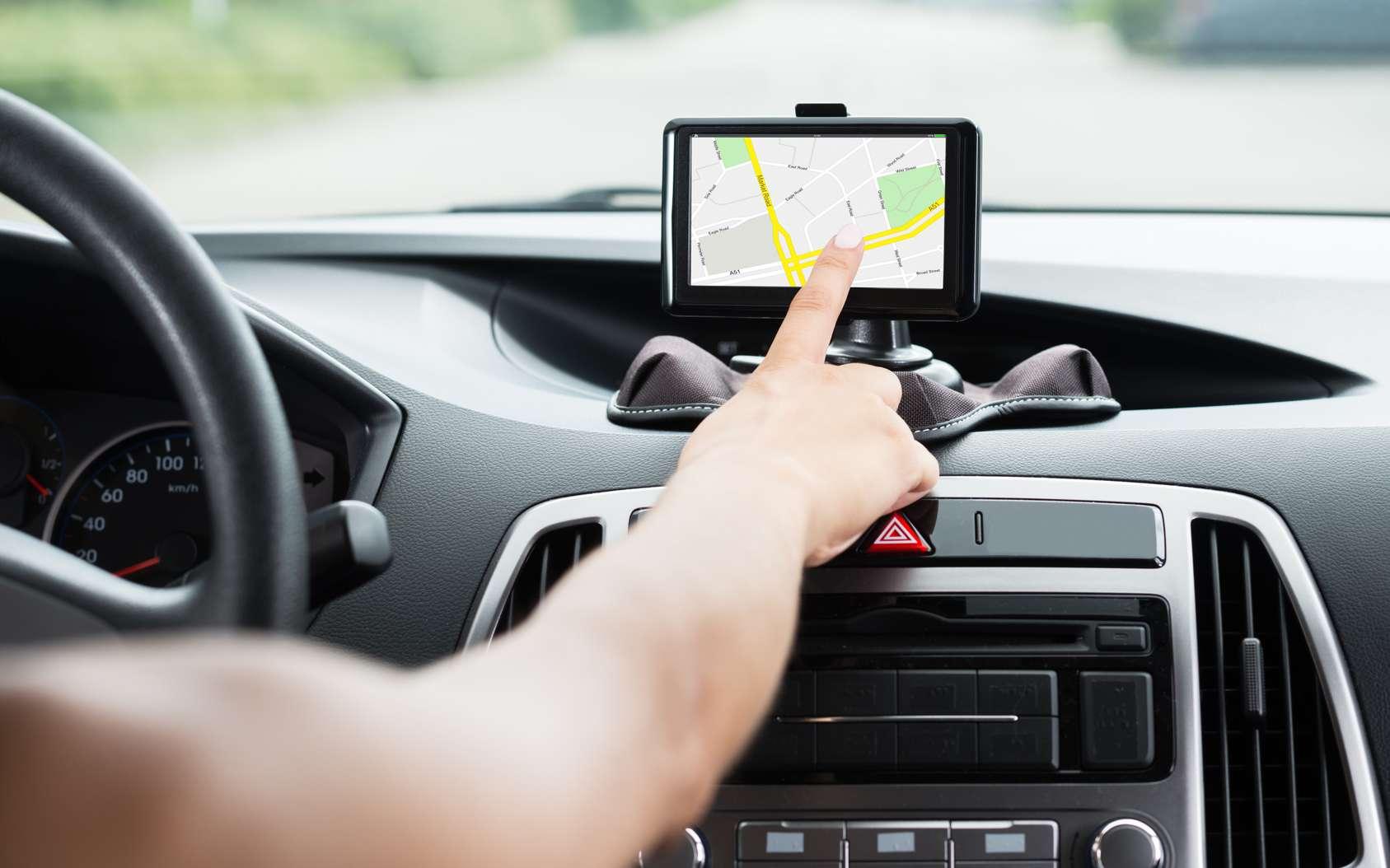 En prenant la main sur un tracker GPS, un pirate peut suivre les mouvements d'une personne, mais aussi repérer le tracker ou identifier son numéro de téléphone. © Andrey Popov, Fotolia