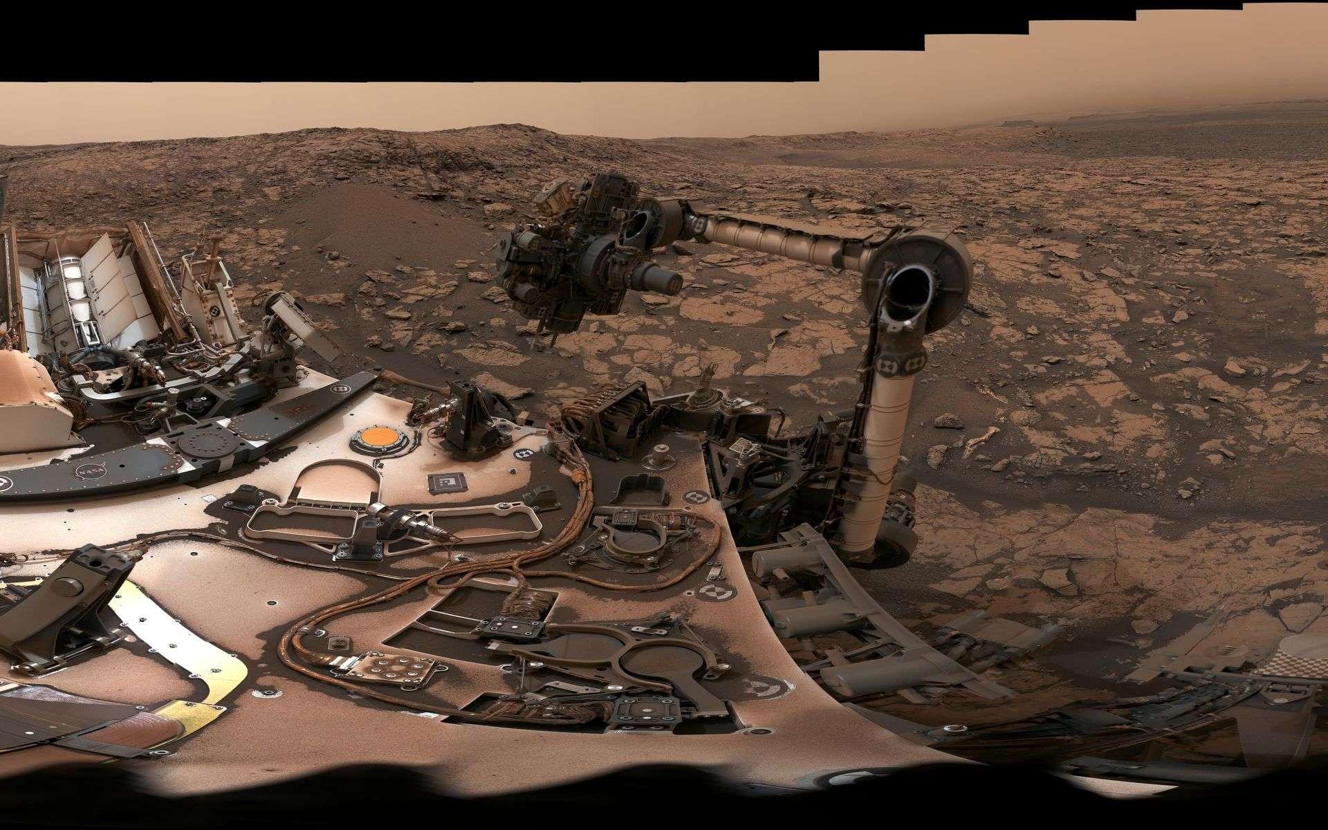 Vue panoramique à 360° prise par Curiosity le 9 août 2018. La tempête globale qui a duré plus de deux mois terrestres a couvert le rover de poussière. À ses pieds, devant le damier, on aperçoit le forage « Stoer ». © Nasa, JPL-Caltech, MSSS