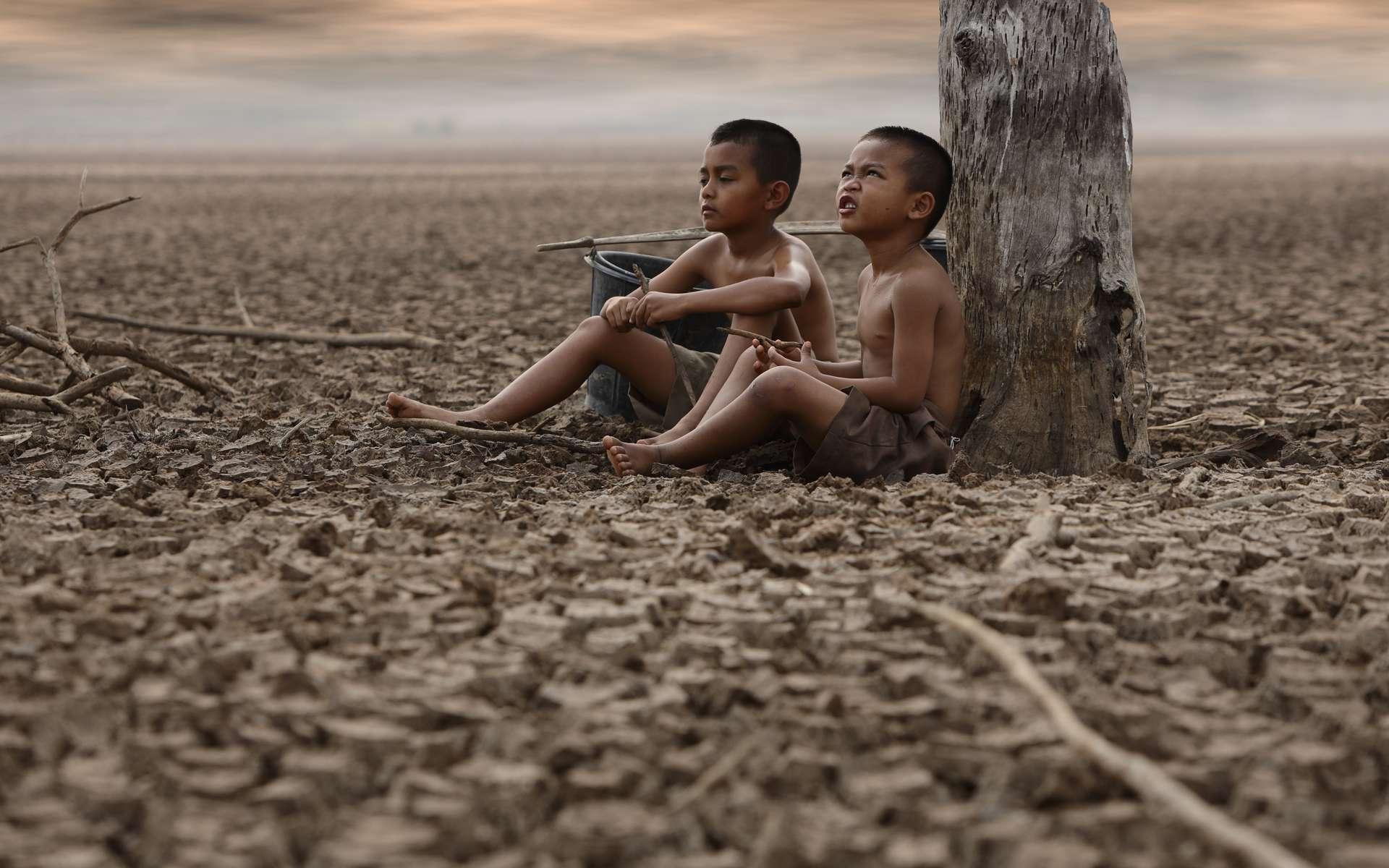 Sécheresse, pénuries d'eau, vagues de chaleur et inondations... un milliard d'enfants à travers le monde sont menacés par les effets du réchauffement climatique. © Boonchok, Adobe Stock