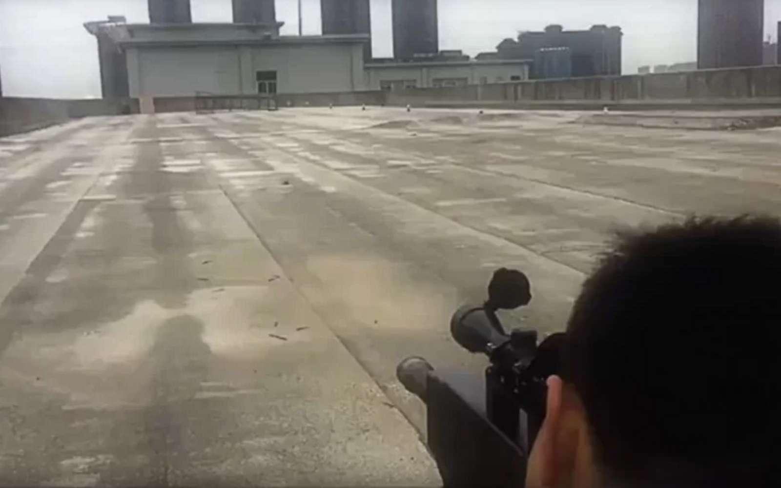 Suite à une avalanche d'arguments faisant douter de la crédibilité de son arme laser, la firme chinoise à l'origine du ZKZM-500 a publié des vidéos pour prouver la puissance de son fusil d'assaut. © Capture vidéo / South China Morning Post