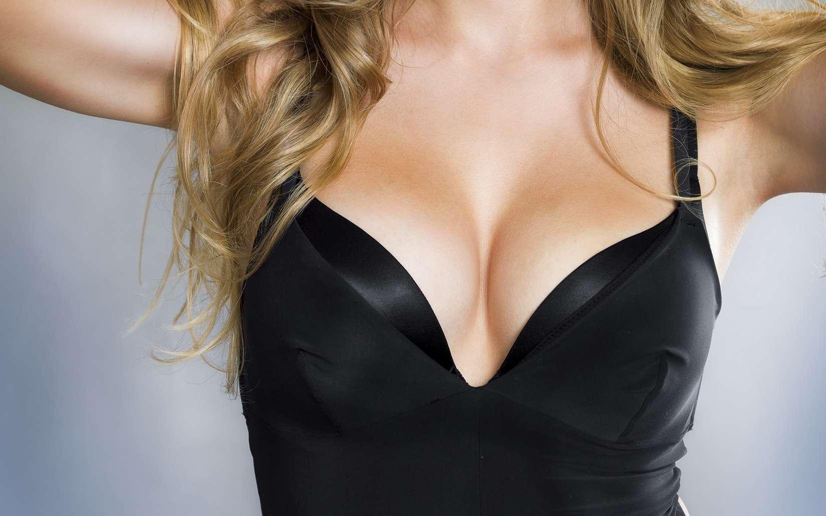 L'espèce humaine est à part. Les hommes sont les seuls mâles du règne animal à s'intéresser à la poitrine des femelles durant un contexte sexuel, et les femmes constituent le seul exemple où les seins prennent du volume durant la puberté sans grossesse. © Mother Nature, Fotolia