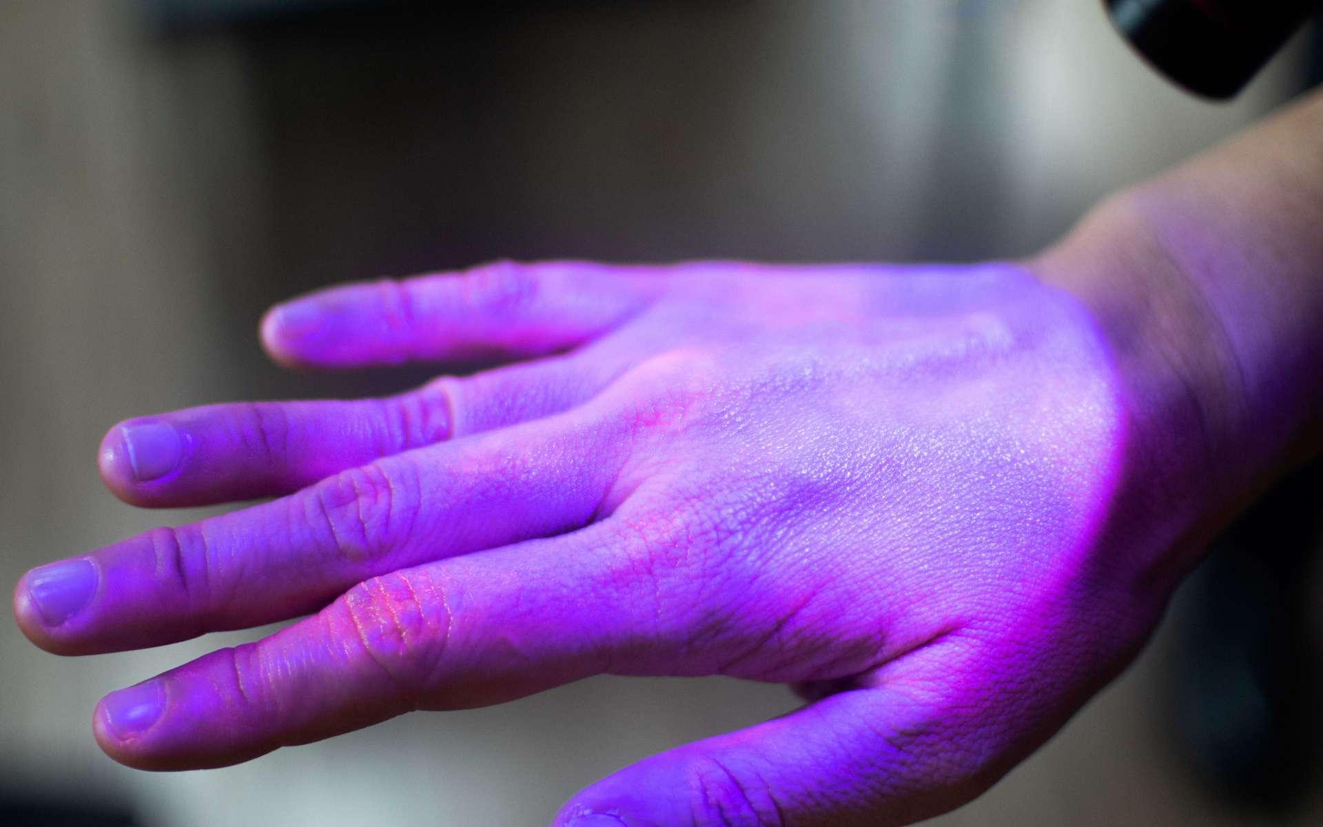 Si les UV sont efficaces pour débarrasser les germes des mobiles, l'OMS déconseille de se désinfecter les mains avec. © Khunatorn, Adobe Stock