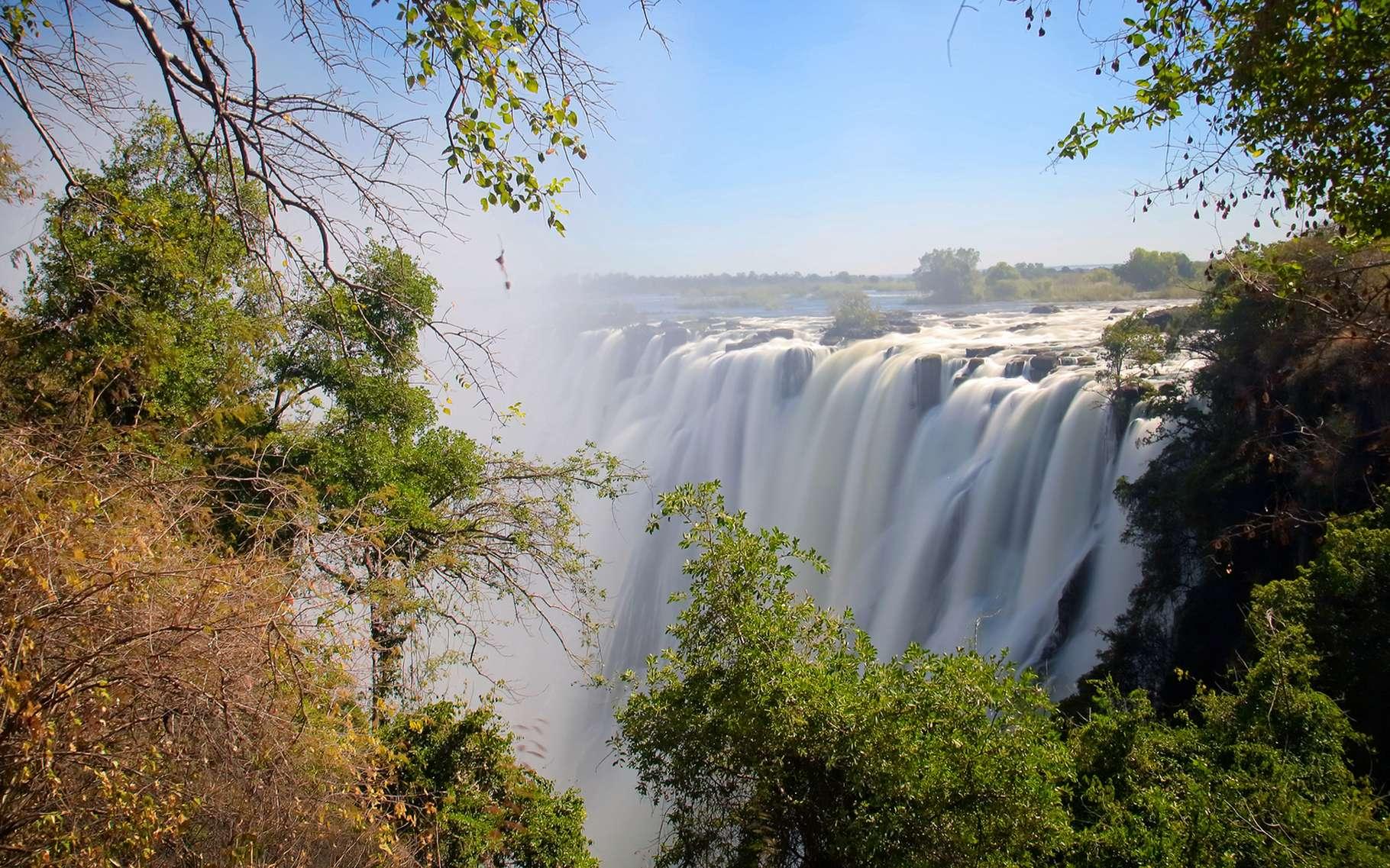 Les chutes Victoria vues du côté de la Zambie. Dans ce site exceptionnel, le fleuve Zambèze est large de plus de 1,7 km. La brume est visible à des dizaines de kilomètres en aval. © Yury Birukov, shutterstock