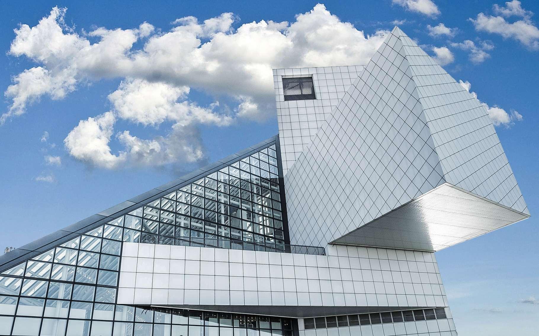 Le Rock and Roll Hall of Fame and Museum — comprenez, le panthéon du rock and roll — a ouvert ses portes à Cleveland (États-Unis) en 1995. Il renferme des archives des moments réputés les plus significatifs de l'histoire du rock and roll. Et il est l'œuvre de l'architecte Ieoh Ming Pei qui l'a imaginé comme venant «faire écho à l'énergie du rock and roll».Le bâtiment se dresse sur les rives du lac Érié. Il se présente comme une combinaison de formes géométriques et d'espaces en porte-à-faux, ancrés par une tour de près de 50 mètres qui supporte une impressionnante «tente» en verre. © Lanceanderson, Wikimedia commons, DP