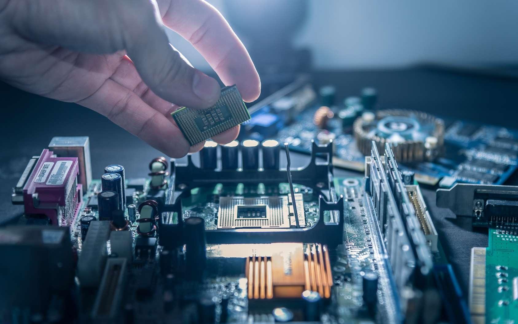 L'ingénieur en électronique peut notamment concevoir de nouveaux matériaux ou composants électroniques afin de développer de nouvelles innovations technologiques. © TimeStopper, Fotolia.