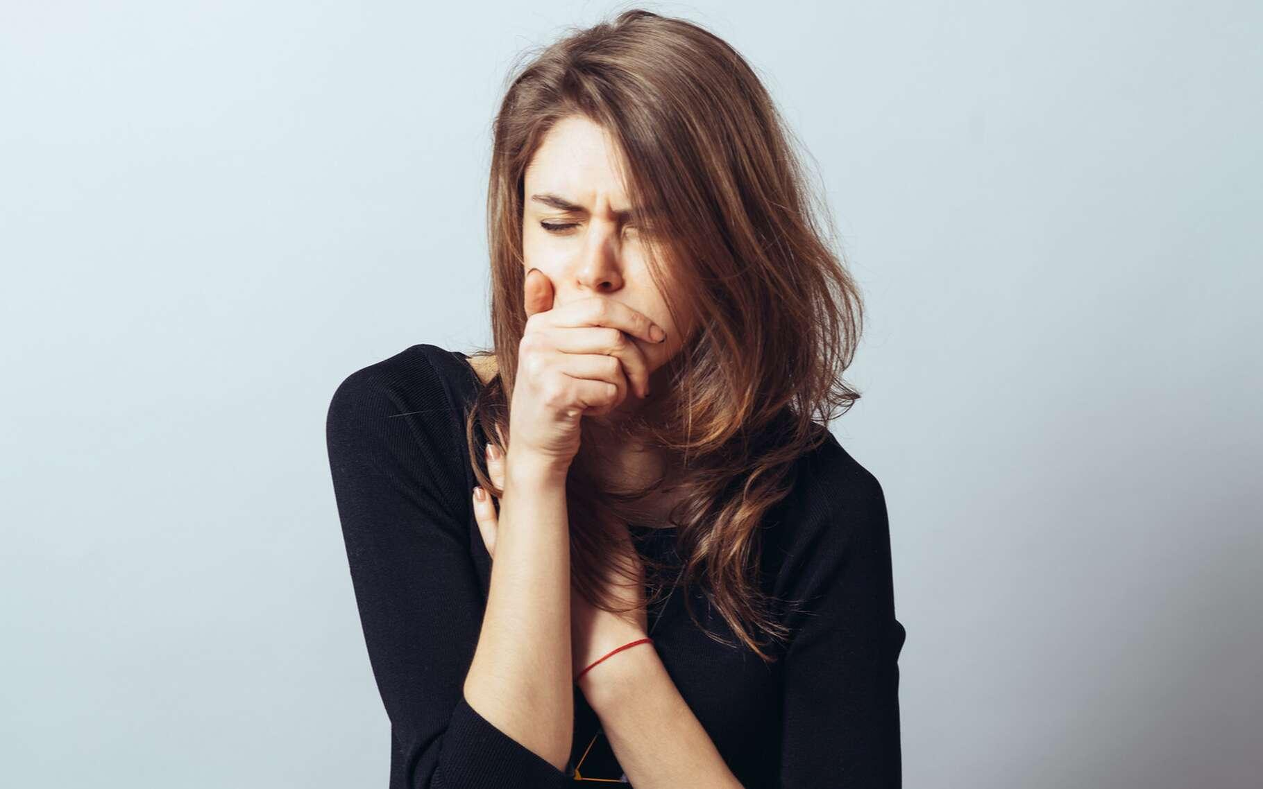 La bronchite se manifeste par une toux sèche qui peut irriter les voies respiratoires. © file404, Shutterstock