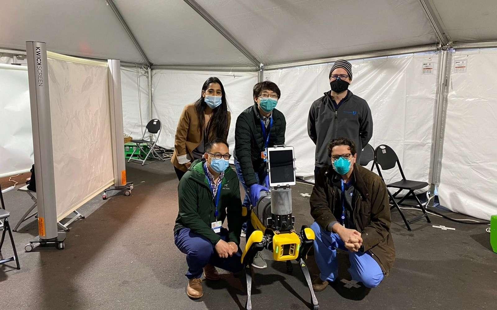 Dr. Spot est équipé de caméras pour mesurer les signes vitaux à distance, et une tablette pour faciliter la communication avec le patient. © MIT