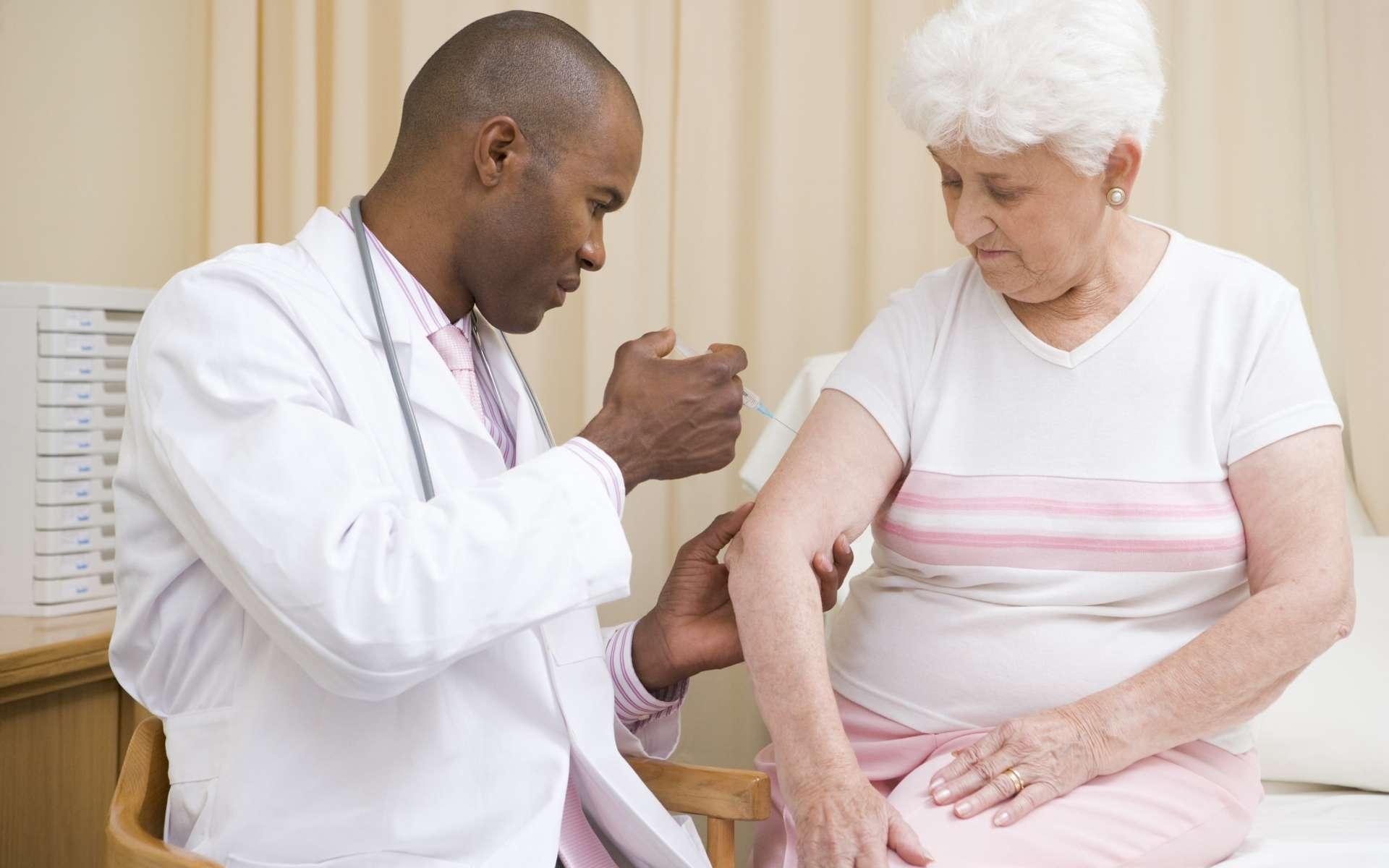 Le vaccin polysaccharidique est recommandé aux personnes âgées de plus de 65 ans ou dont le système immunitaire est affaibli. © Phovoir