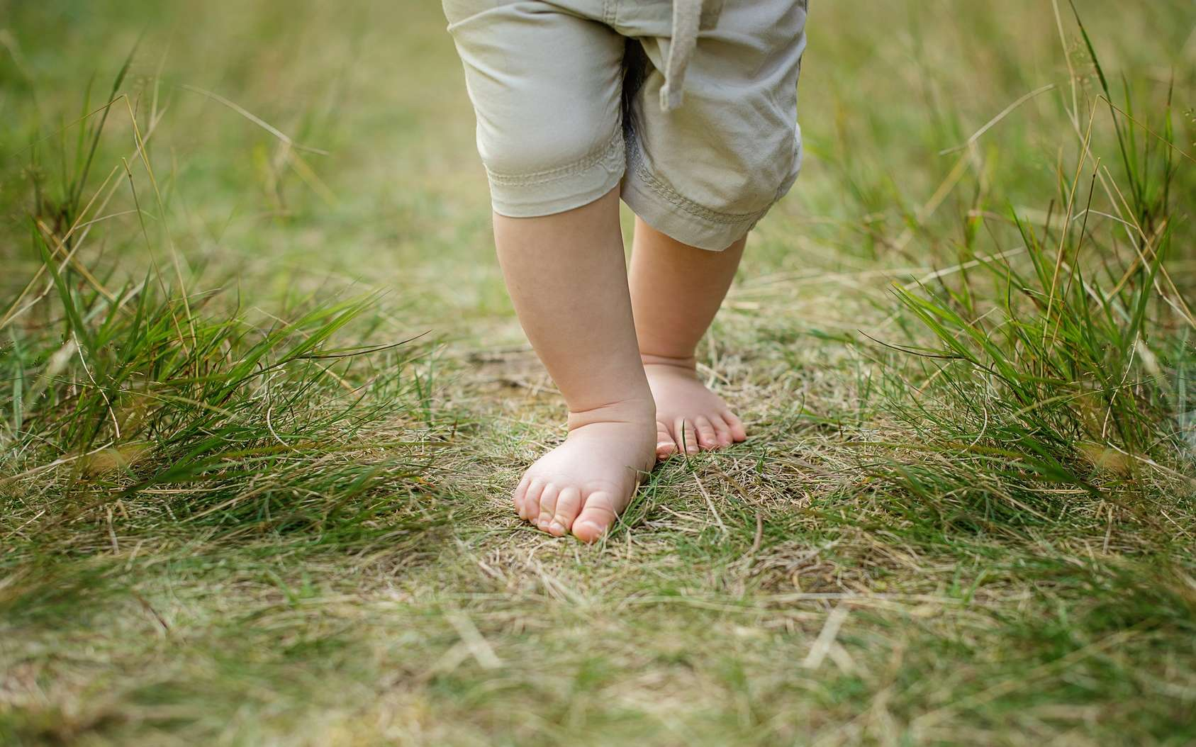 Les enfants qui passent la majeure partie de leur temps pieds nus ont un pied plus large et moins de déformations. © Lumistudio, Fotolia