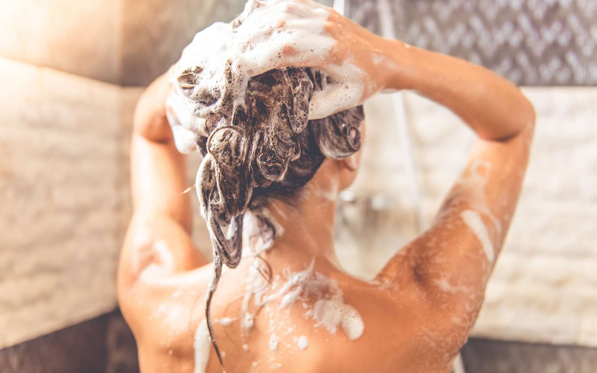 Pour une femme, il ne serait pas pertinent de s'habituer à faire pipi sous la douche. © VadimGuzhva, Adobe Stock