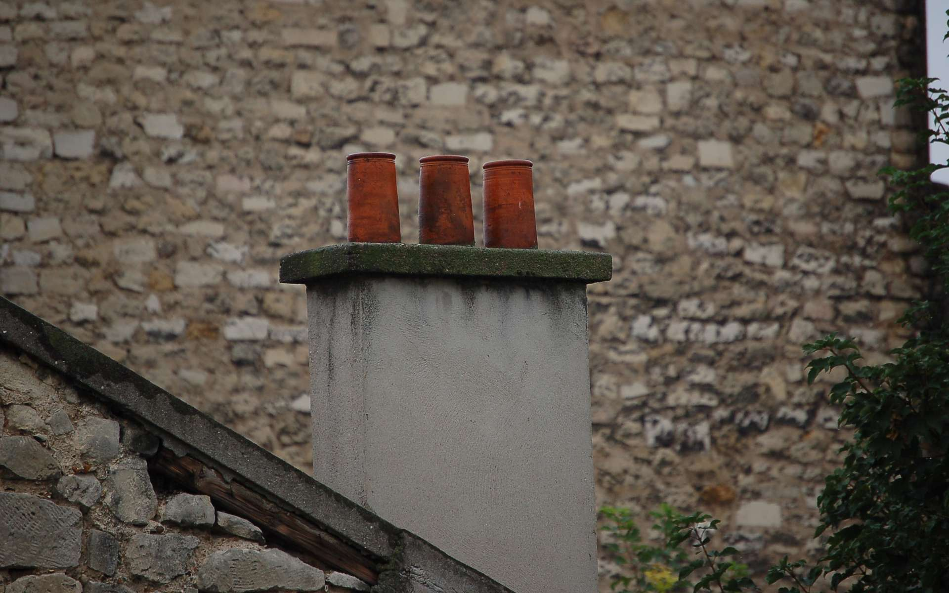 La sortie de cheminée bien installée peut supporter des vents de 160 km/h. © Wikimedia Commons, DP