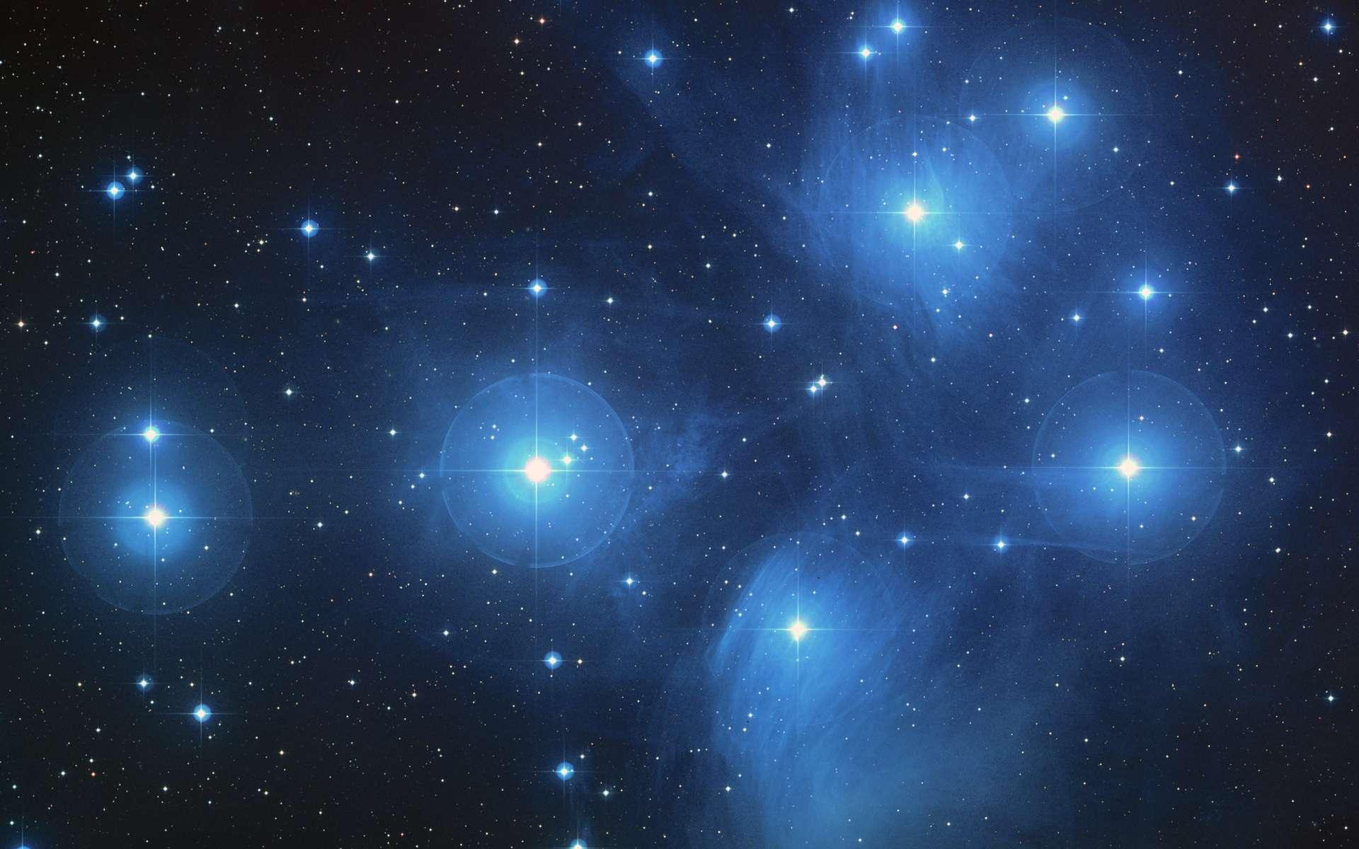 Les Pléiades, un amas ouvert d'environ 3000 étoiles et situé à une distance d'environ 440 années-lumière de la Terre dans la constellation du Taureau photographiées ici avec Hubble. Ces étoiles sont jeunes et actuellement, l'amas est plongé dans un nuage de gaz et de poussières. © Nasa, DP