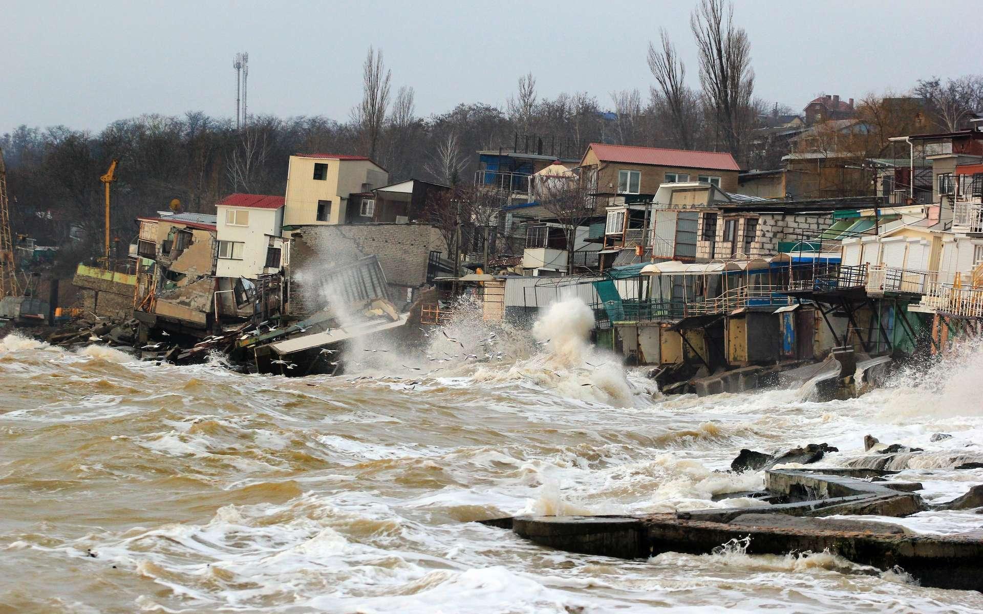 Plusieurs menaces pèsent sur les populations des littoraux : l'élévation du niveau des océans et l'augmentation des tempêtes. © Talukdar, Adobe Stock