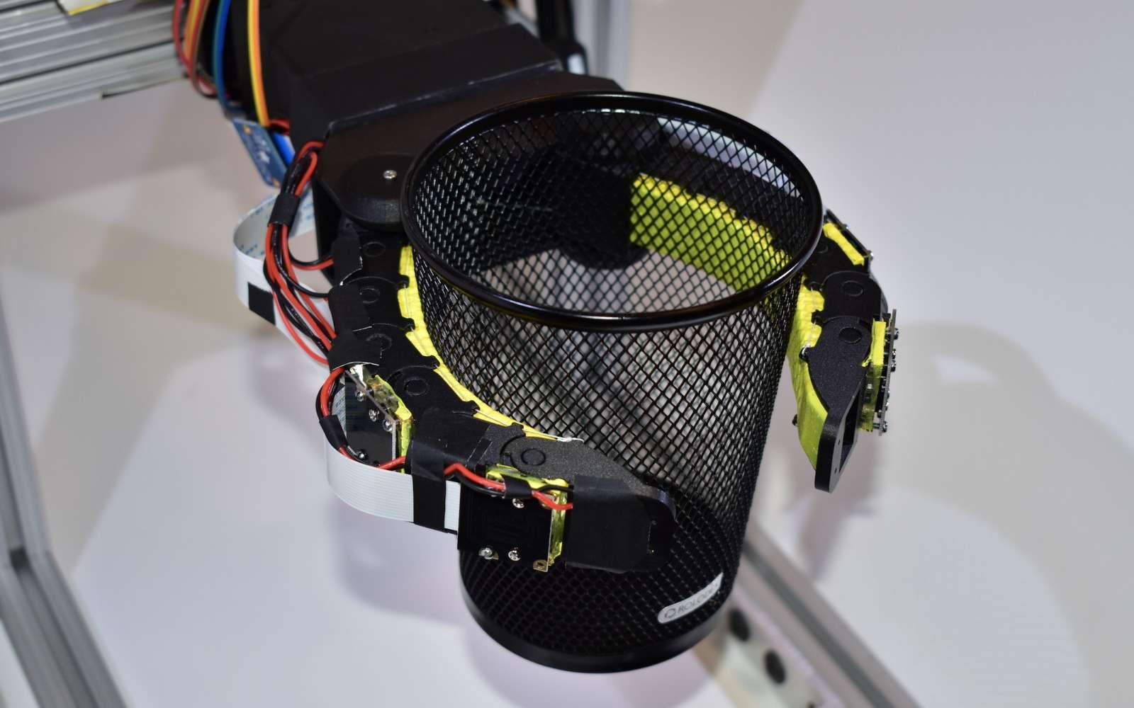 Le robot mou GelFlex utilise des caméras et l'intelligence artificielle pour identifier les objets et déterminer la pression à appliquer © MIT CSAIL
