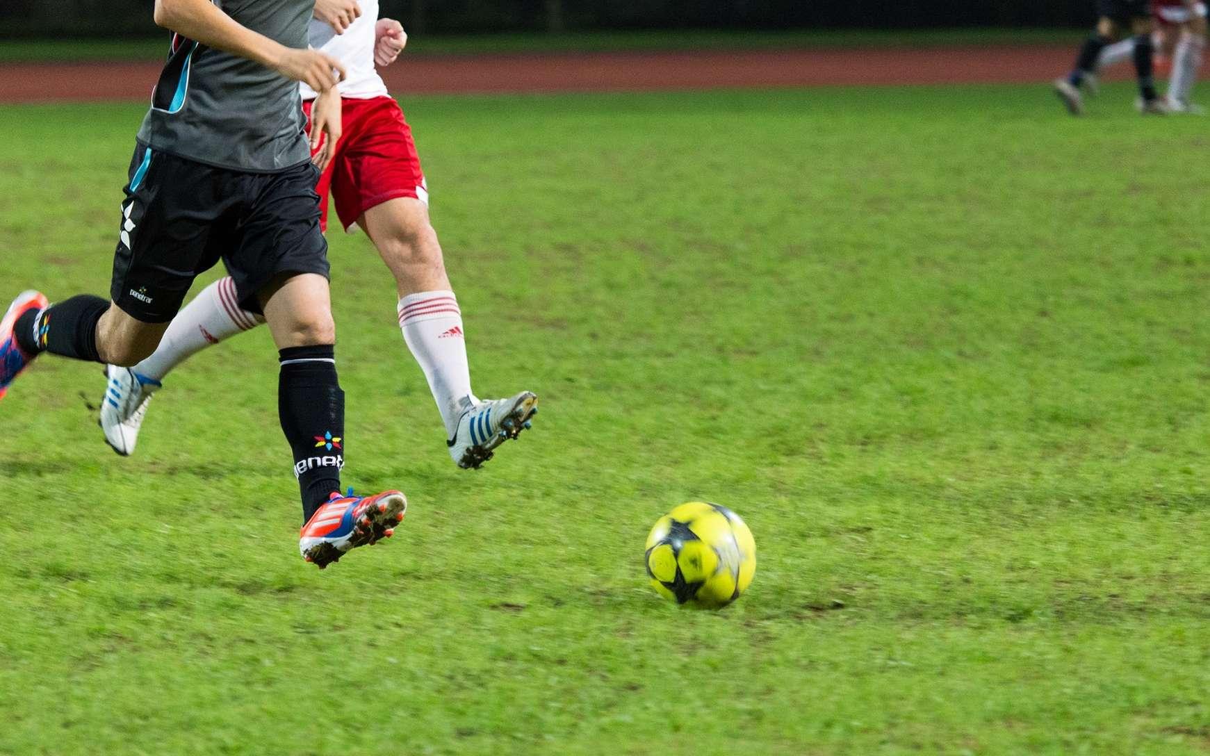 Les adducteurs sont sollicités lors de certains sports comme le football. © See-ming Lee, Flickr, CC by 2.0