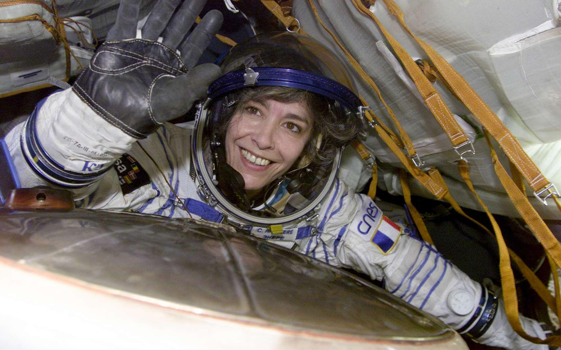 Claudie Haigneré, lors de son retour sur Terre après sa mission Andromède de 10 jours à bord de la Station spatiale internationale. Elle est ici vue à bord de la capsule russe Soyouz TM32 après son atterrissage. © ESA, S. Corvaja