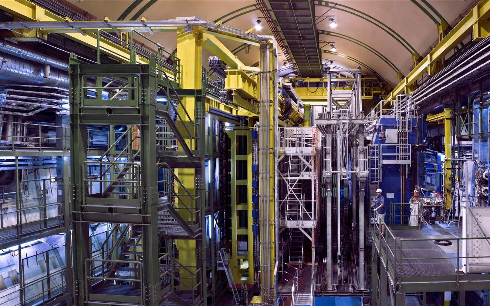 LHCb, l'un des détecteurs géants du Cern étudiant les collisions des faisceaux de protons du LHC. On y chasse les désintégrations rares de mésons contenant des quarks b. Ces mésons sont une fenêtre potentielle sur une nouvelle physique, en particulier celle pouvant expliquer pourquoi la matière domine largement l'antimatière dans le cosmos observable. © Cern