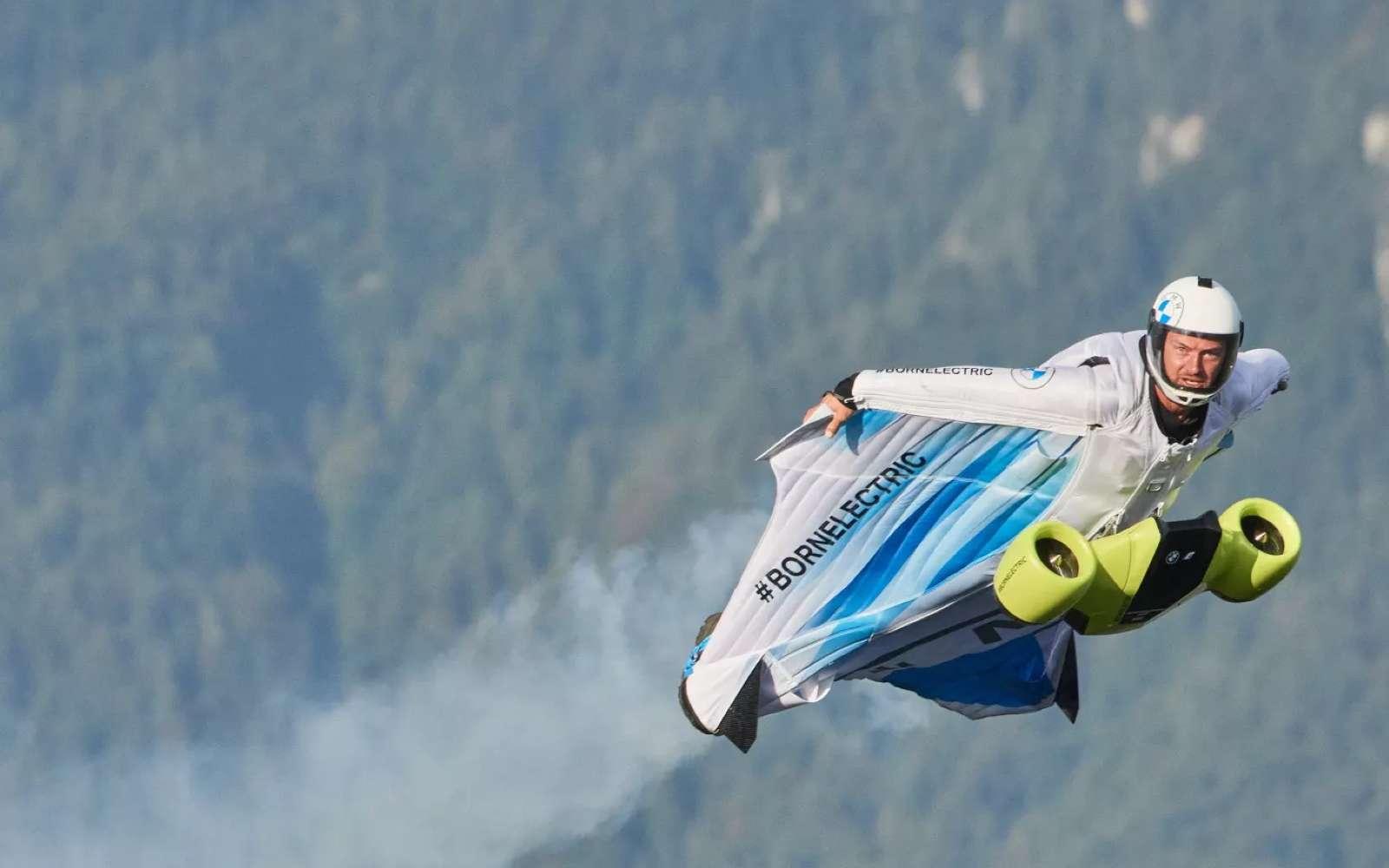 On est loin du premier vol en « wingsuit » de Franz Reichelt en 1912 qui s'est achevée en une brutale chute mortelle depuis la tour Eiffel. © BMW
