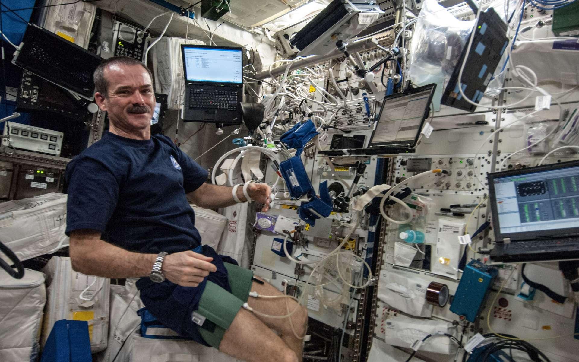 À bord de la Station spatiale internationale, Chris Hadfield mesure et surveille la régulation de sa pression artérielle. © Nasa