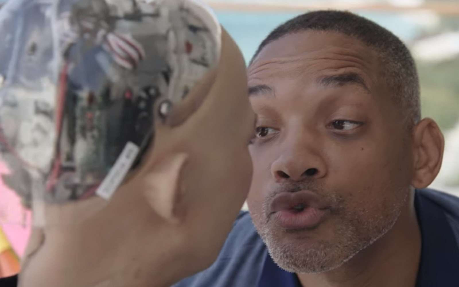 L'acteur américain Will Smith est sur le point de se prendre un vent par le robot Sophia. © Will Smith