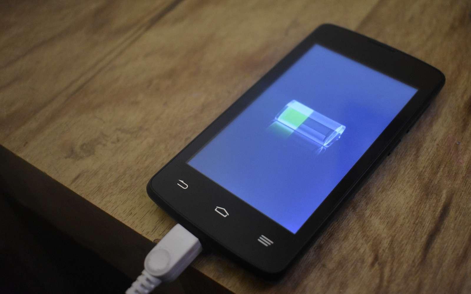 Parce qu'on ne peut pas toujours charger son téléphone, des chercheurs souhaitent profiter de l'intelligence artificielle pour concentrer l'usage de la batterie lorsque l'utilisateur a besoin de son appareil. © Web_estable, Pixabay