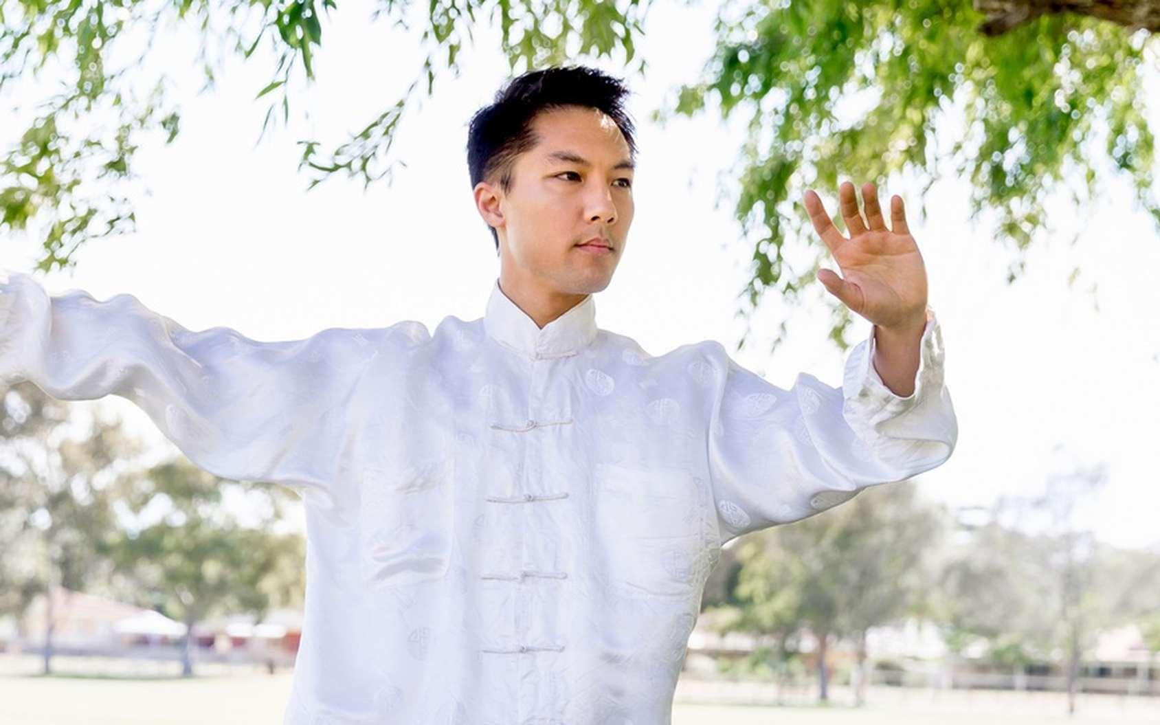 La pratique du tai-chi, une gymnastique douce d'origine chinoise avec des gestes lents, invite à la méditation. © Sergey Nivens, Fotolia