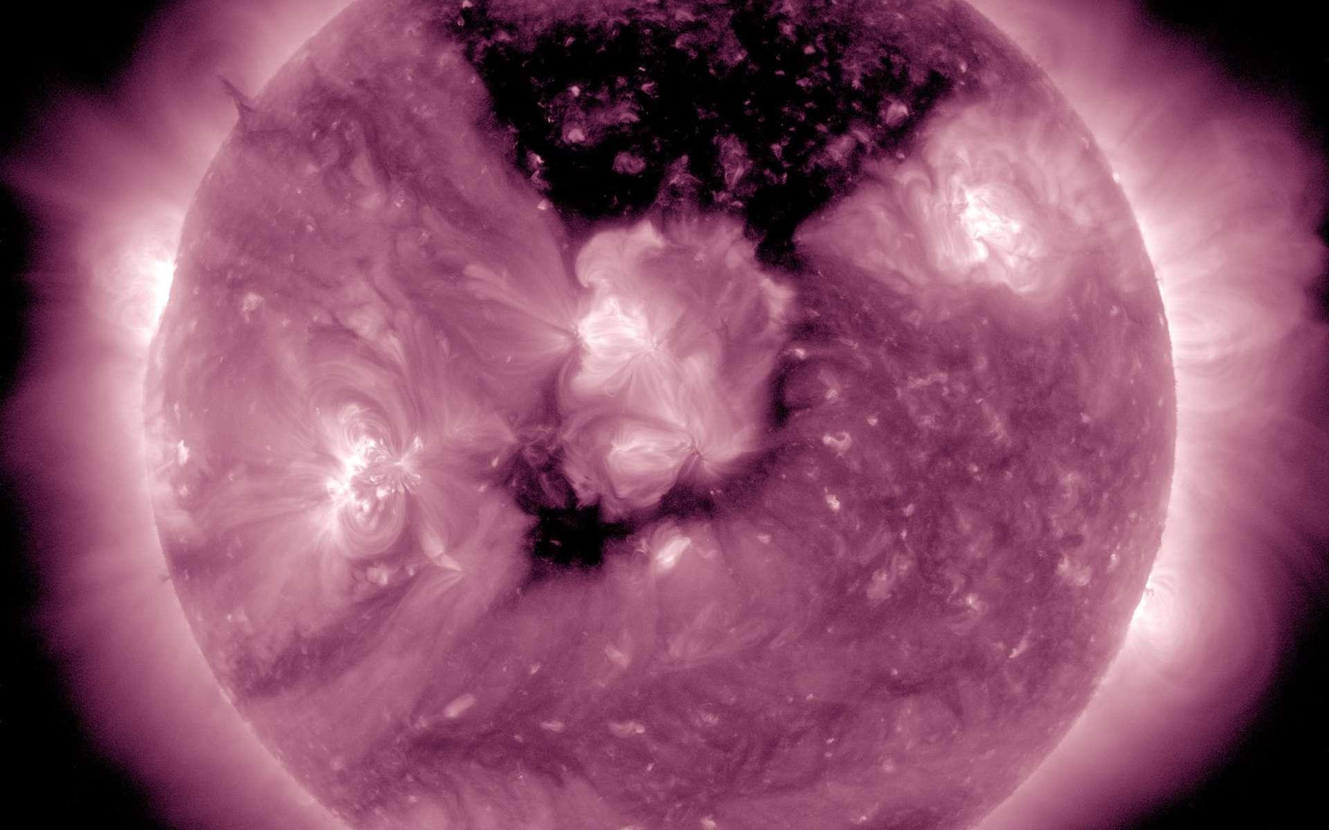 Observée dans l'extrême ultraviolet avec le satellite SDO, la zone sombre qui s'étend dans la couronne solaire est immense. © Nasa, SDO