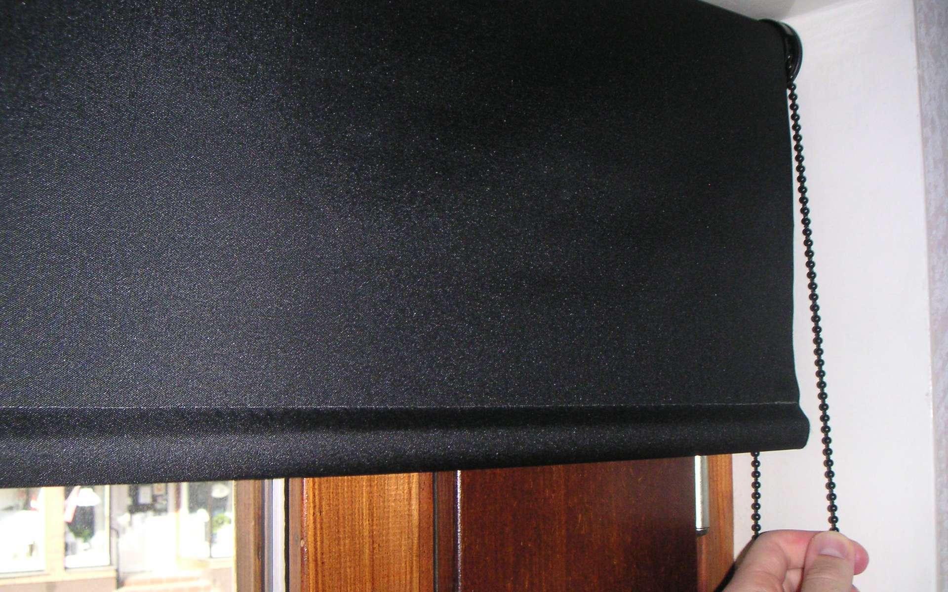 Le rideau a une double fonction : il protège de la lumière et des regards indiscrets. © Mikael Häggström, CC0 1.0, Wikimedia Commons